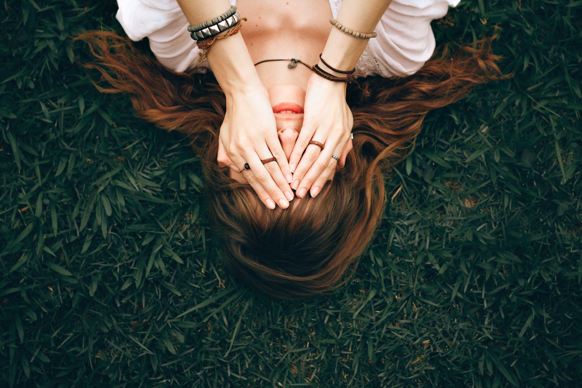 cô gái có một giấc mơ trên cỏ