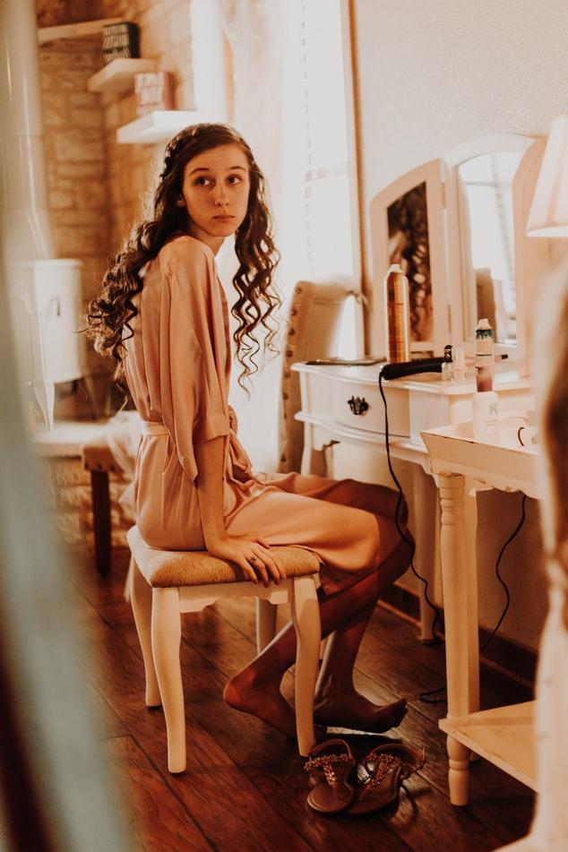 Màu tóc nhuộm-Cô gái ngồi trước bàn trang điểm.