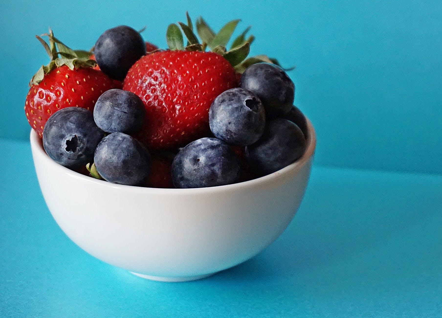 Thức uống detox-Chén đựng quả berries.