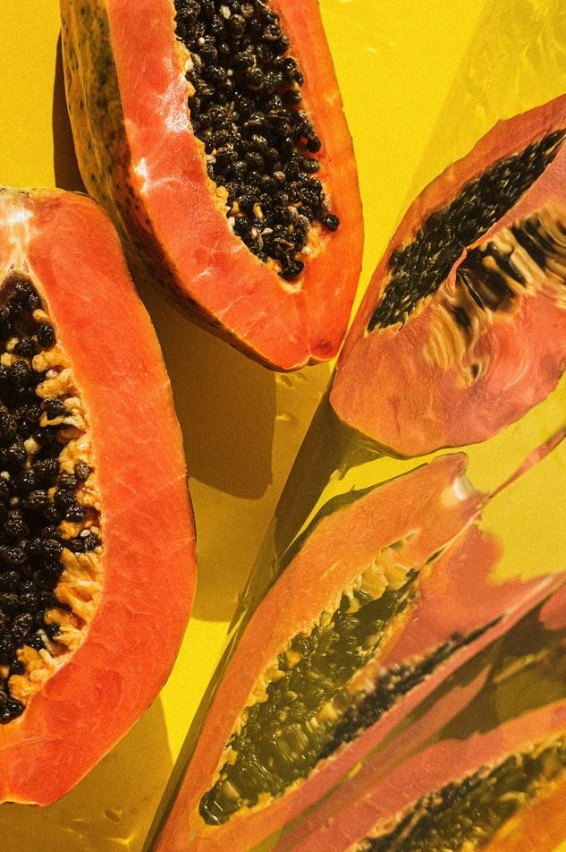Thức uống detox-Những quả đu đủ cam nền vàng.