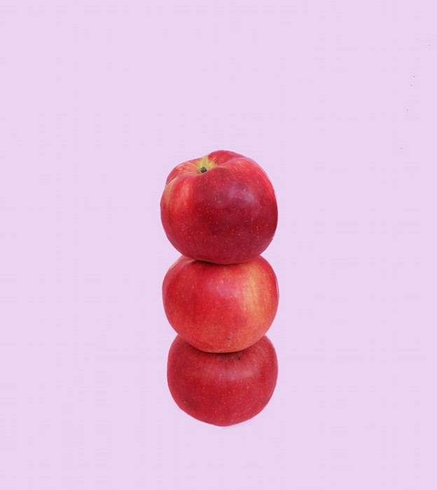 Thức uống detox - Ba quả táo chồng lên nhau.