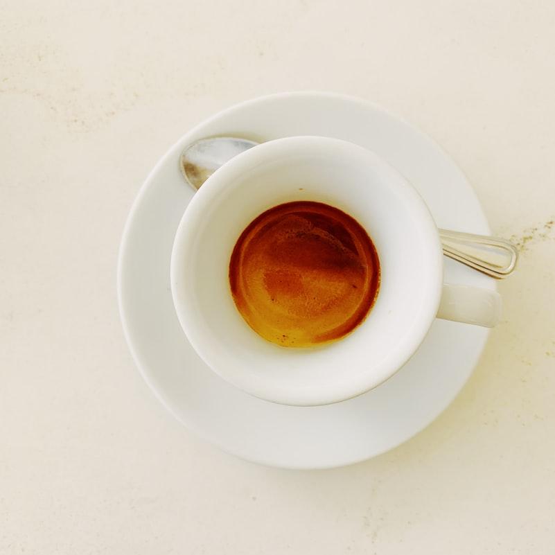 Làm trắng răng-Tách cafe.