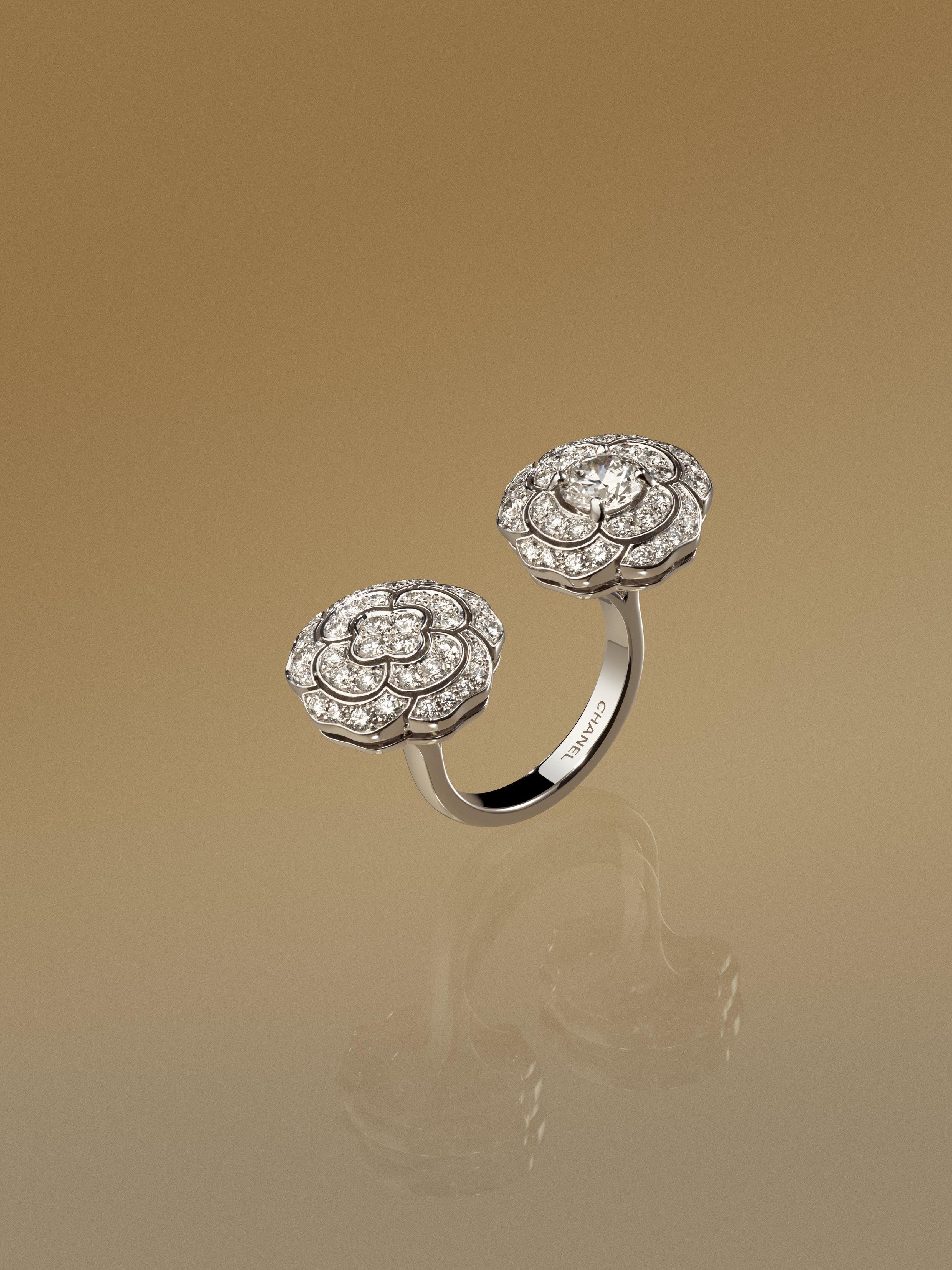 Nhẫn bạc nạm kim cương Camelia của Chanel