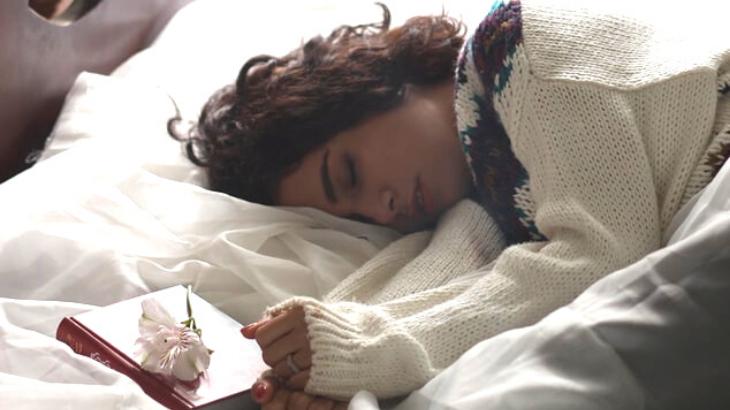 Trà thảo mộc-Cô gái ngủ trên giường.