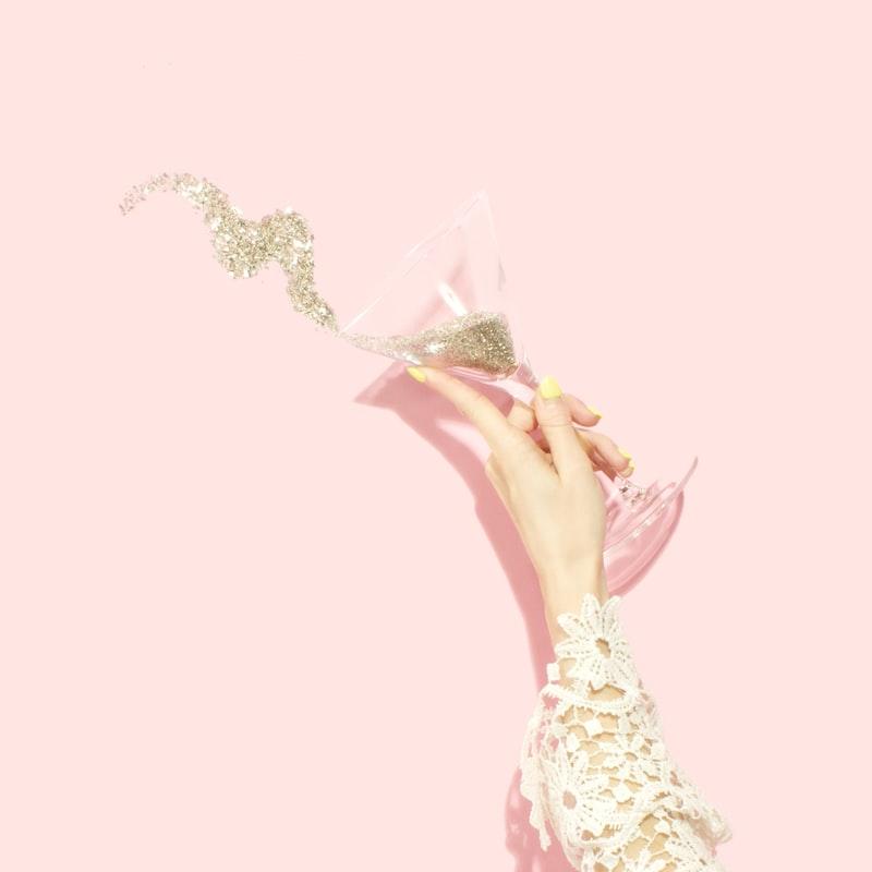Trà thảo mộc-Ly rượu bị đổ.