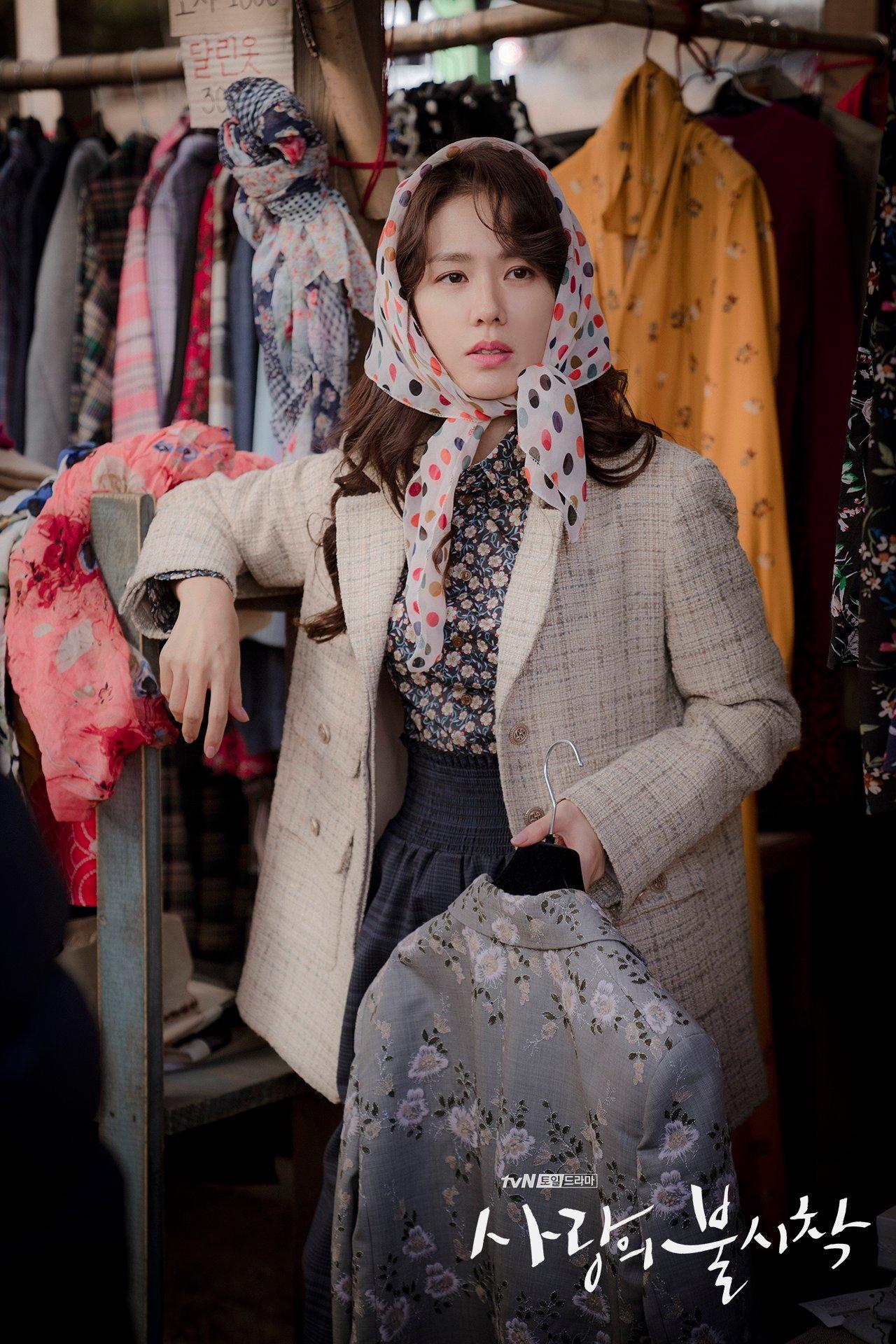 thời trang trong phim crash landing on you - son ye jin mua đồ ở cửa hàng đồ cũ