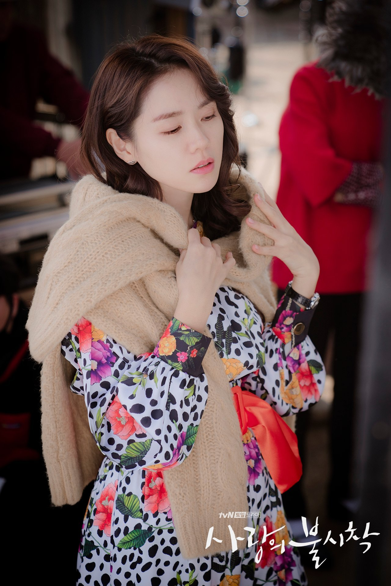 thời trang trong phim crash landing on you - son ye jin mua đồ ở cửa hàng đồ cũ 2