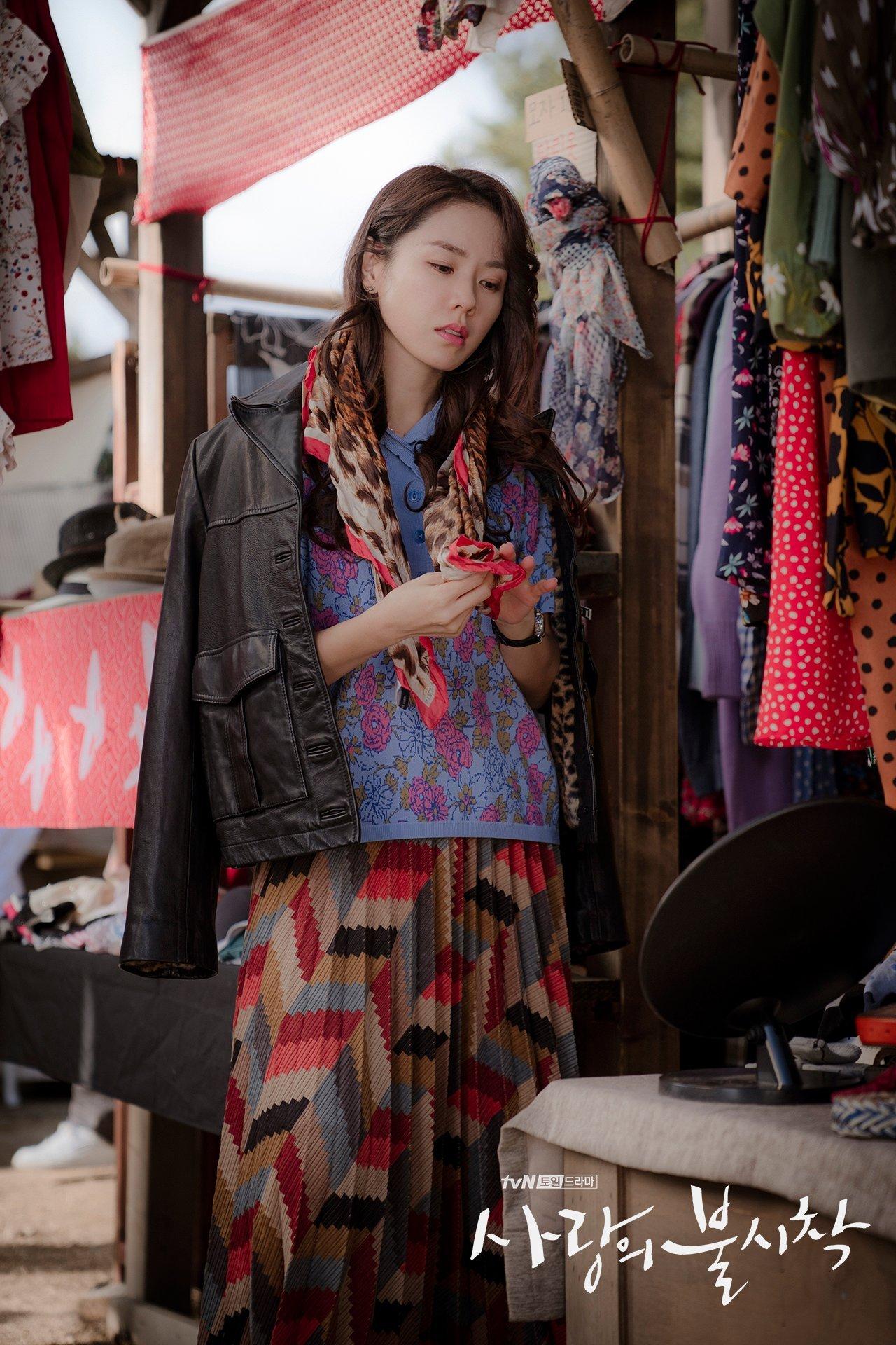 thời trang trong phim crash landing on you - son ye jin mua đồ ở cửa hàng đồ cũ 3