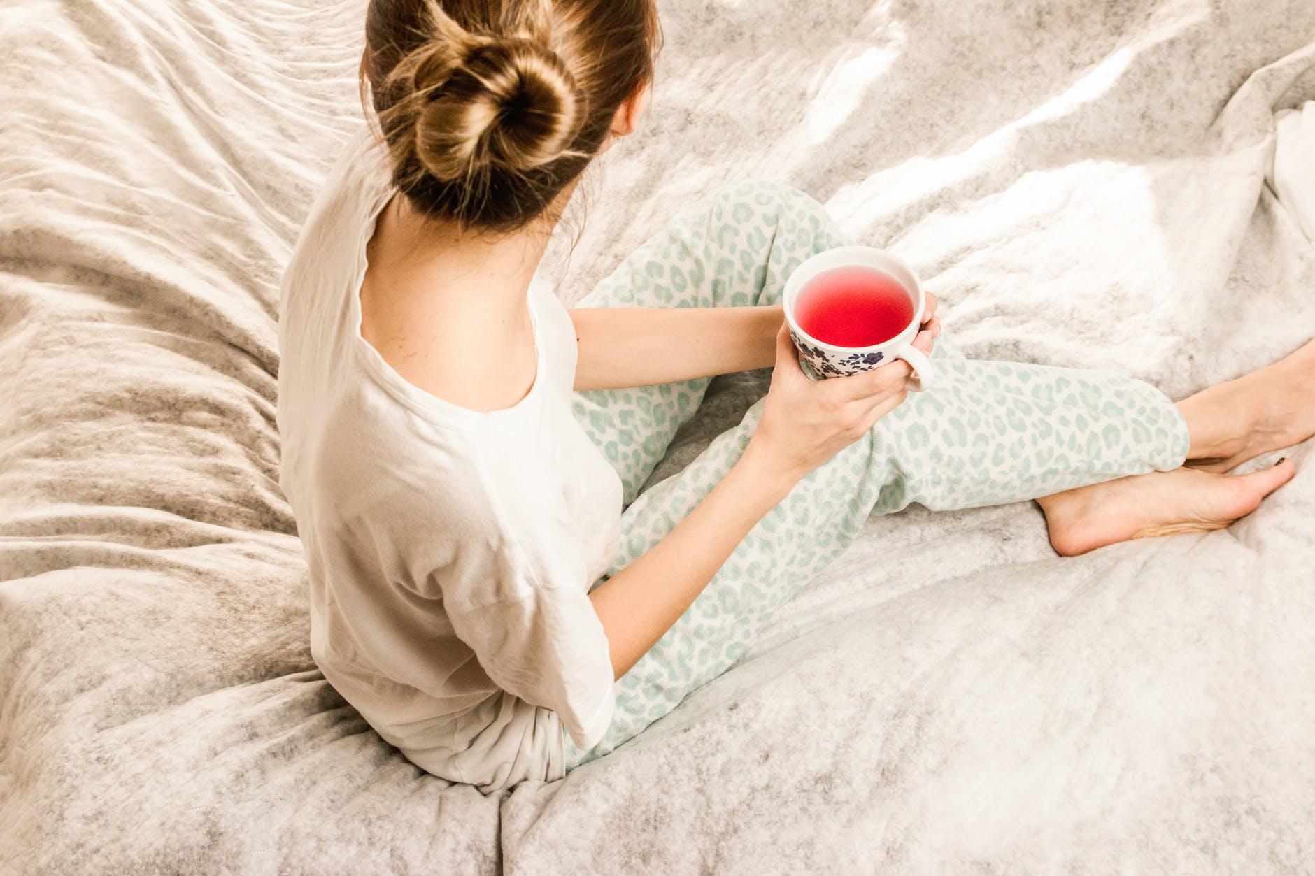 Thói quen ăn uống-Cô gái đang cầm tách trà.