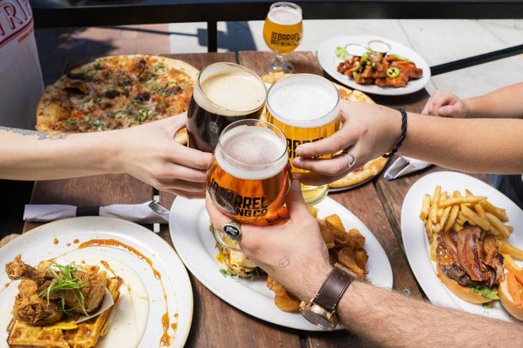 Thói quen ăn uống-Mọi người đang cụng ly.