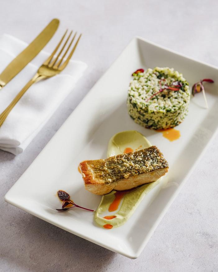 Thói quen ăn uống-Thức ăn để trên dĩa màu trắng.