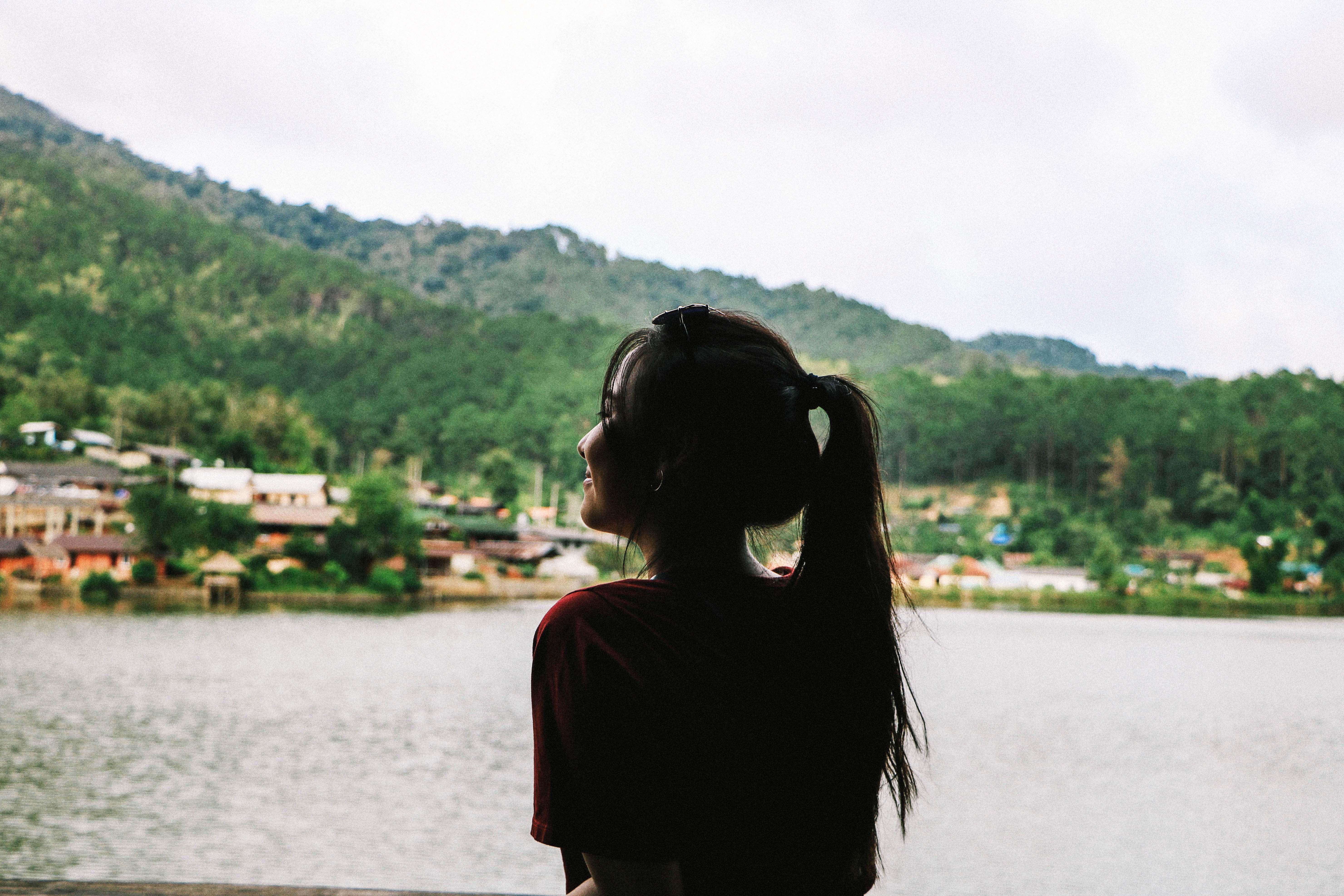 cô gái nhìn ra hồ du lịch