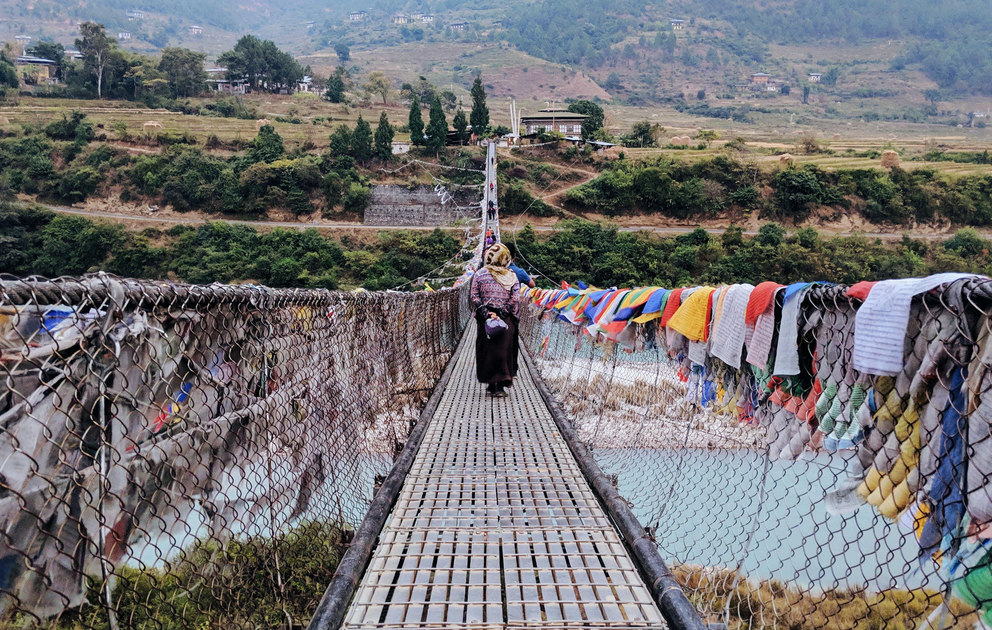 người đi trên cầu dây ở Bhutan