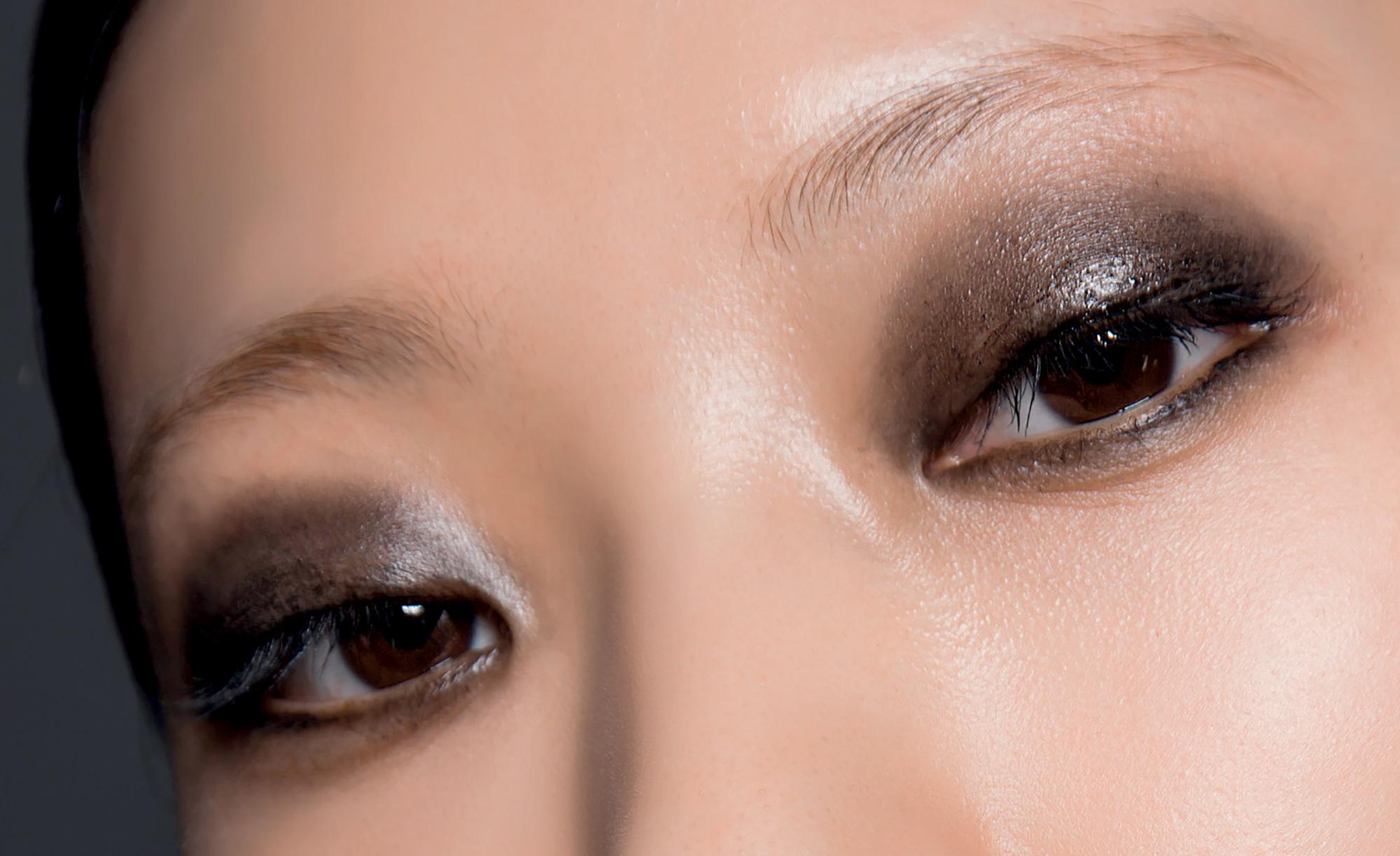 phong cách trang điểm màu mắt khói ấn tượng