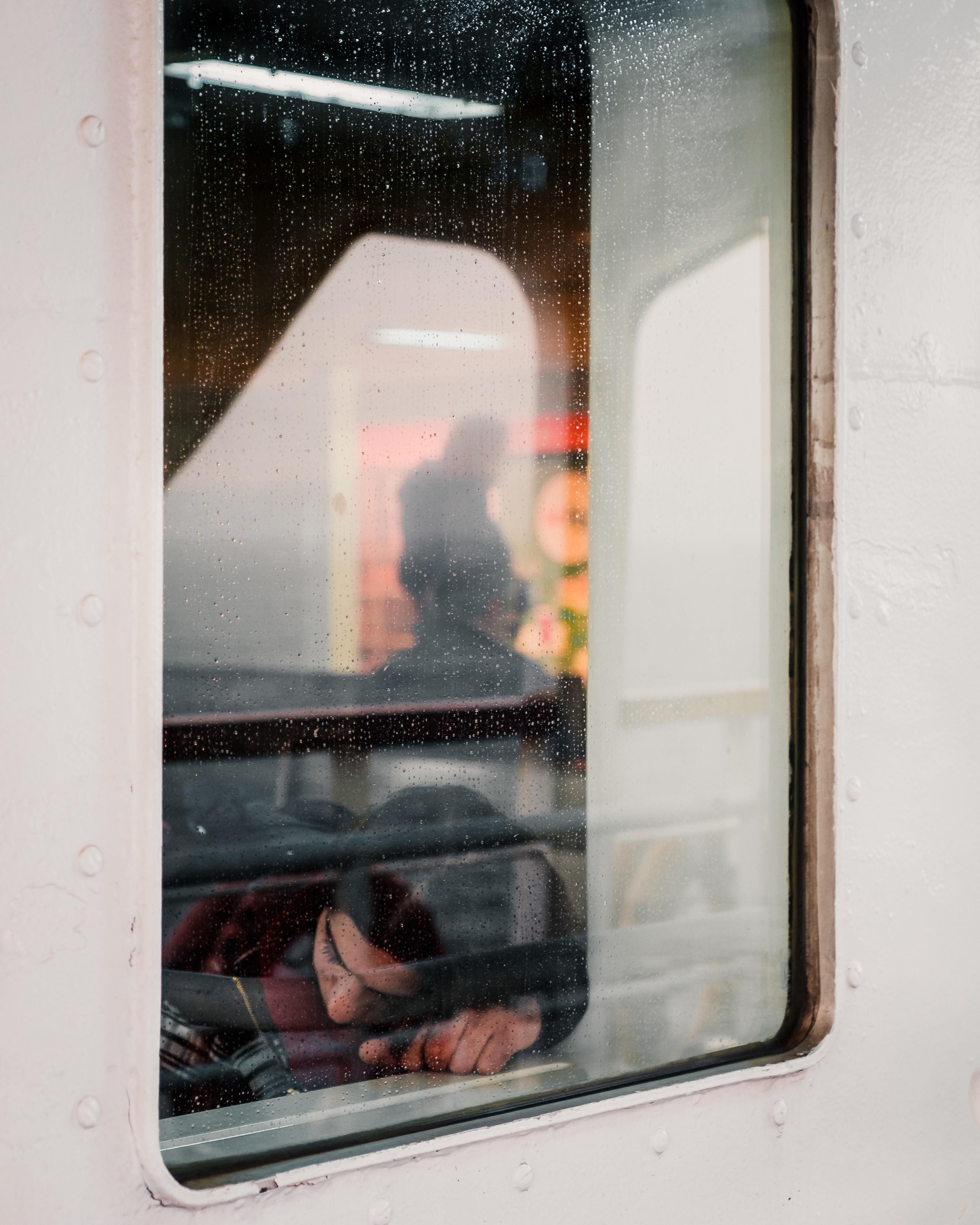 cô gái bên cửa sổ toa tàu