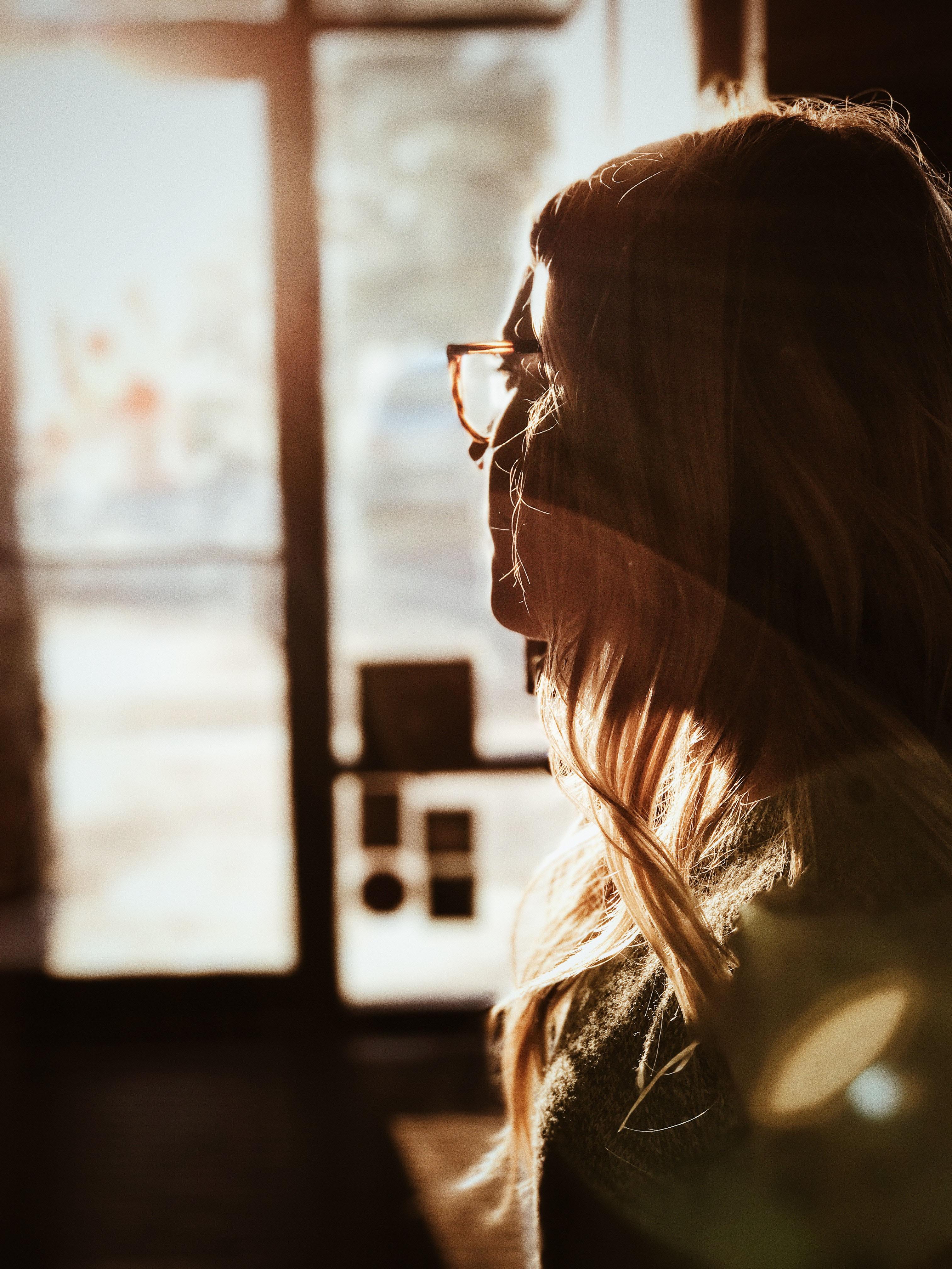 cô gái nhìn ra cửa sổ chấn thương tâm lý