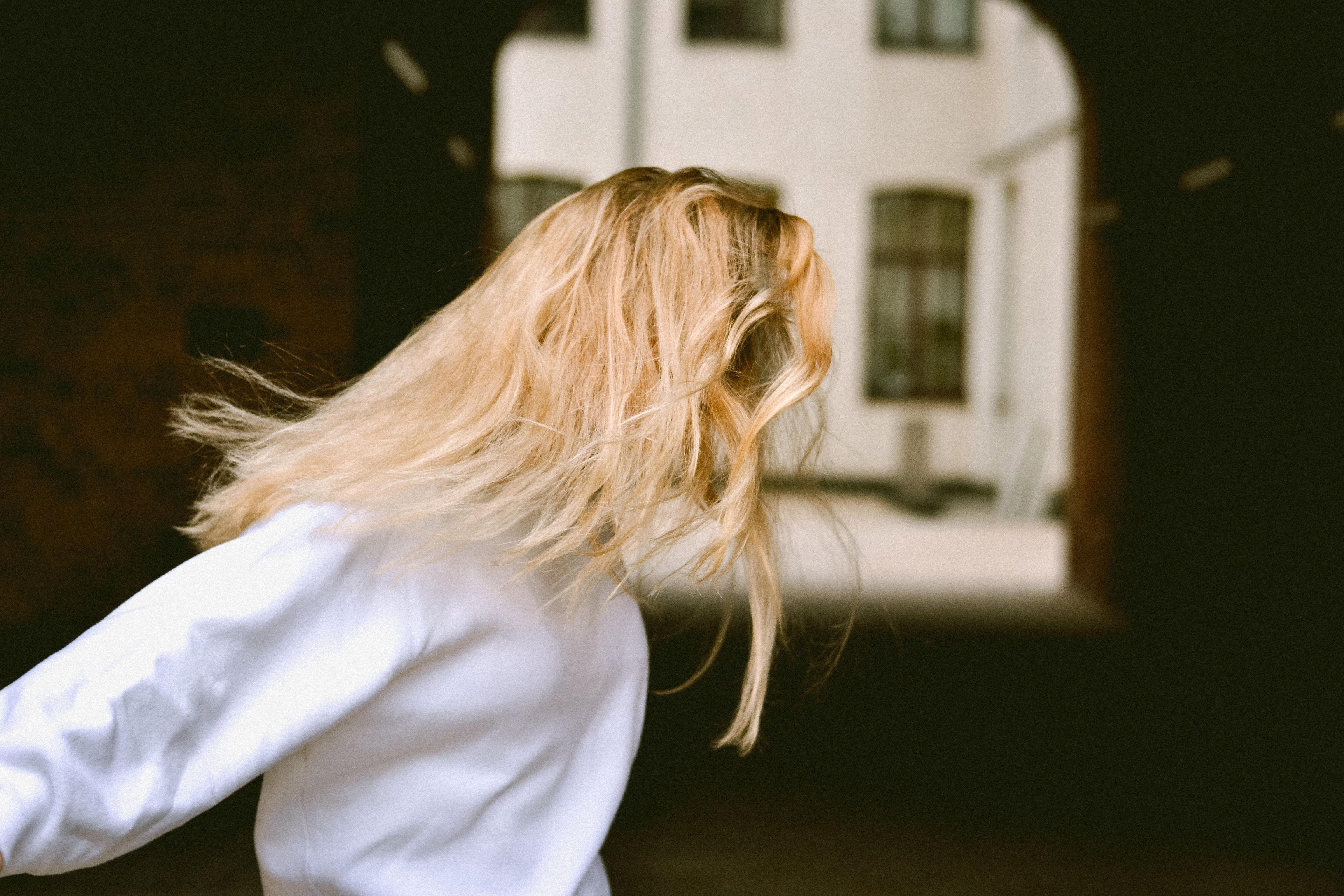 cô gái tóc vàng chấn thương tâm lý