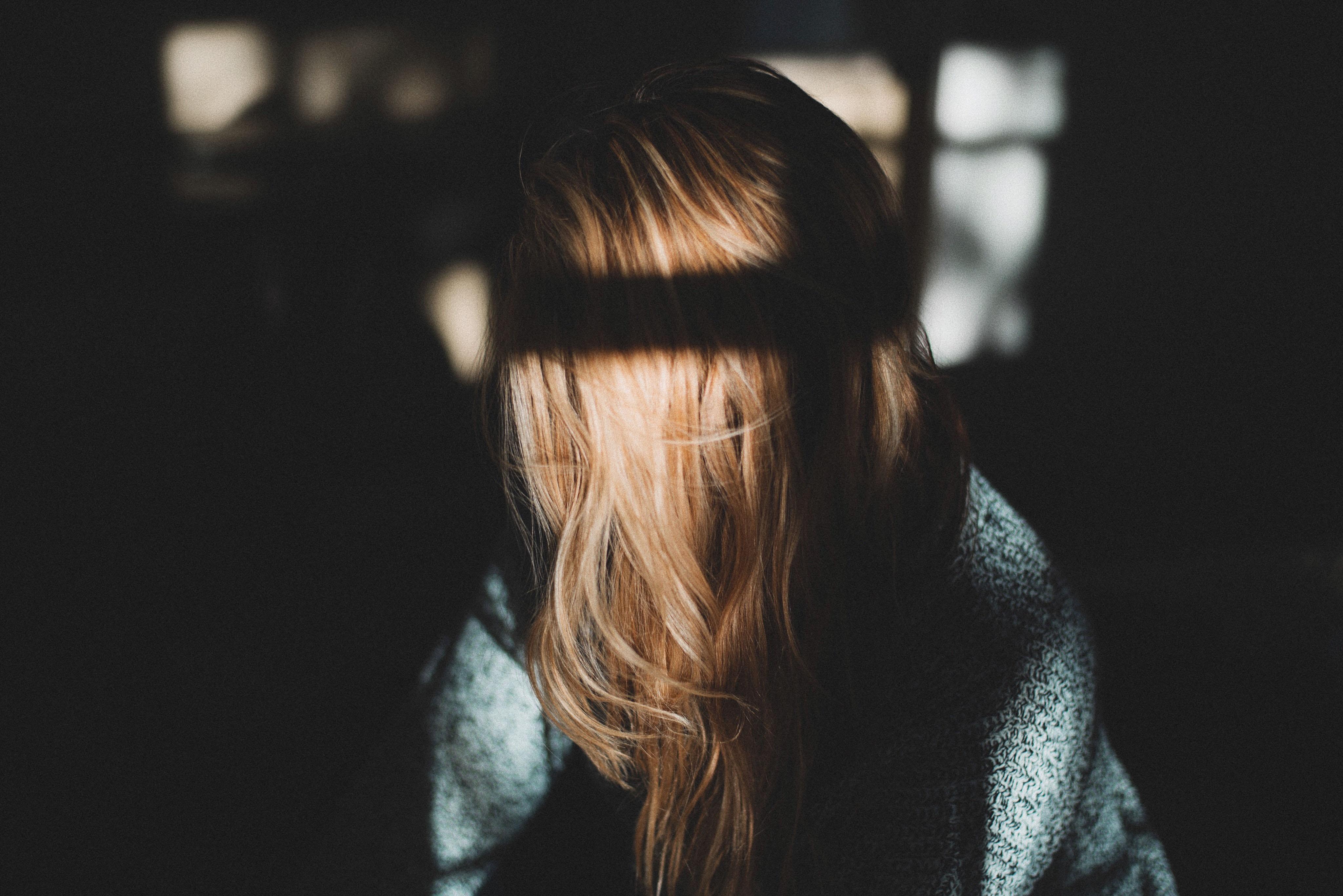 cô gái và mái tóc sáng tối chấn thương tâm lý