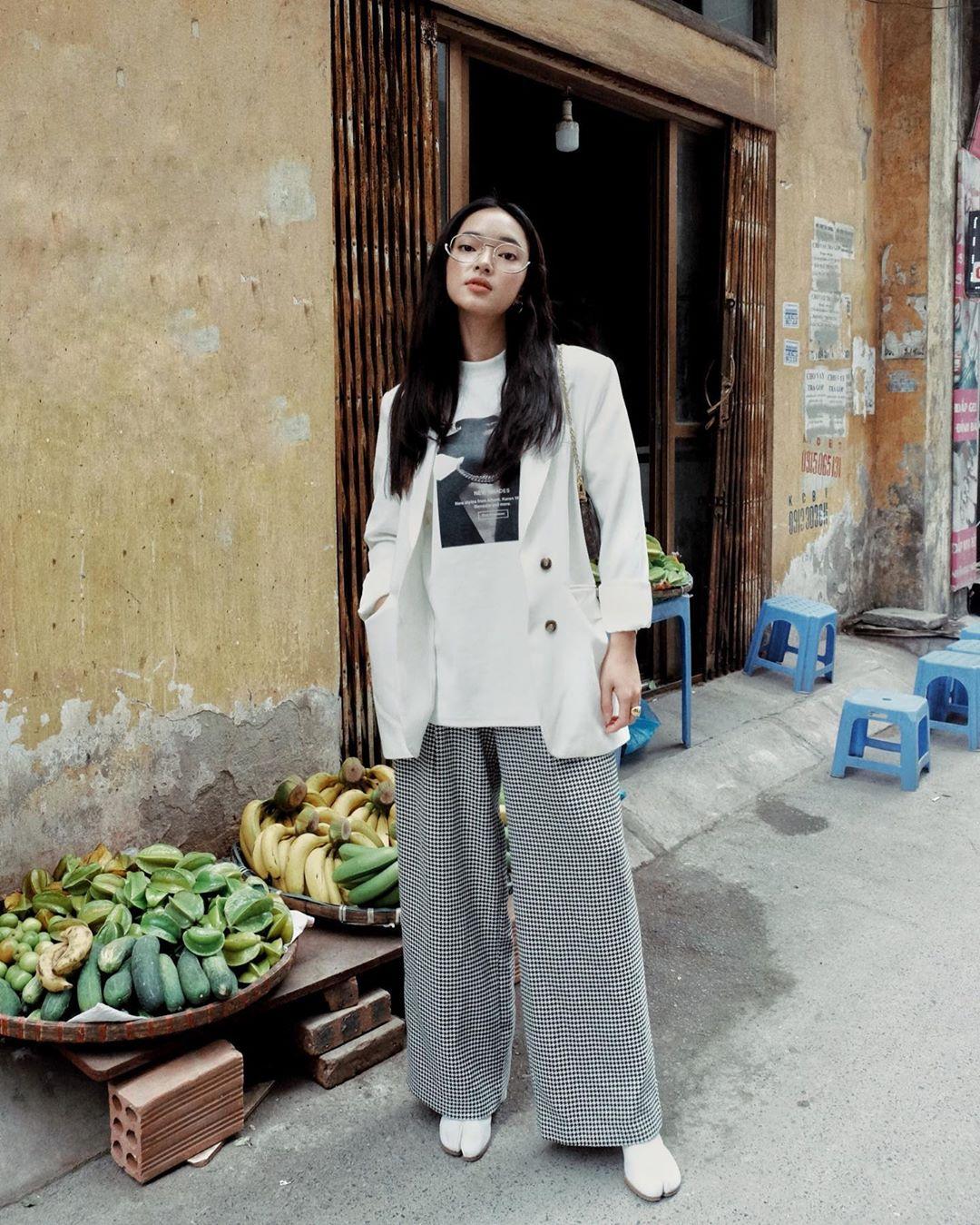 Châu Bùi trong trang phục màu trắng và xám hợp mệnh Kim