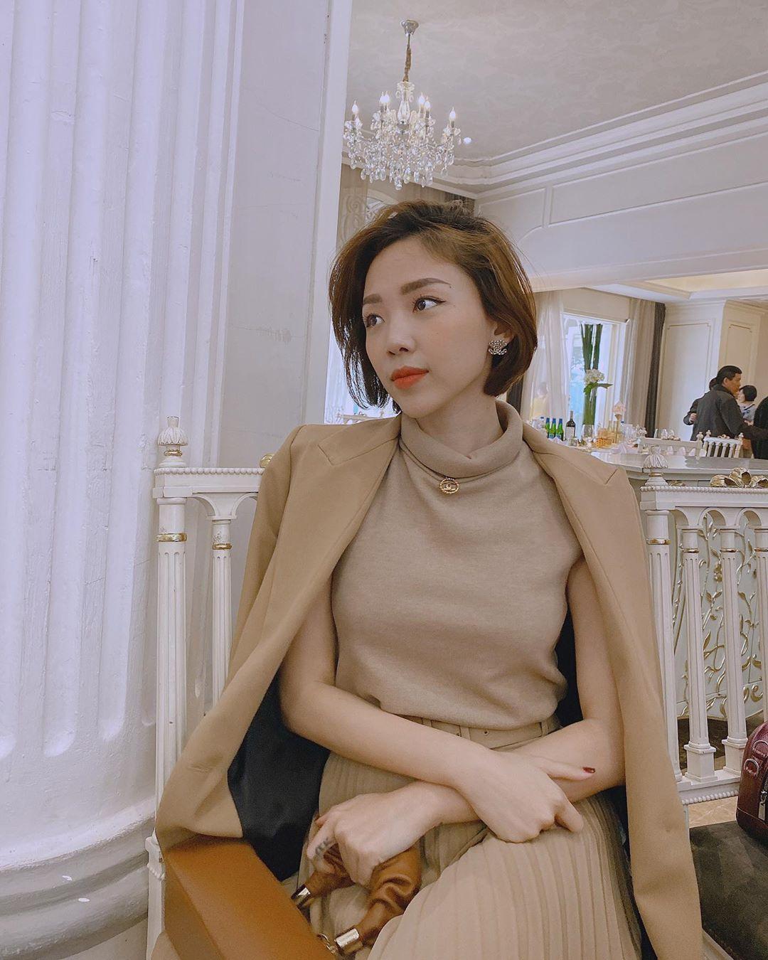 Tóc Tiên mặc trang phục màu nâu trang nhã