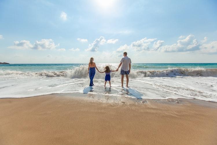 gia đình bên bãi biển