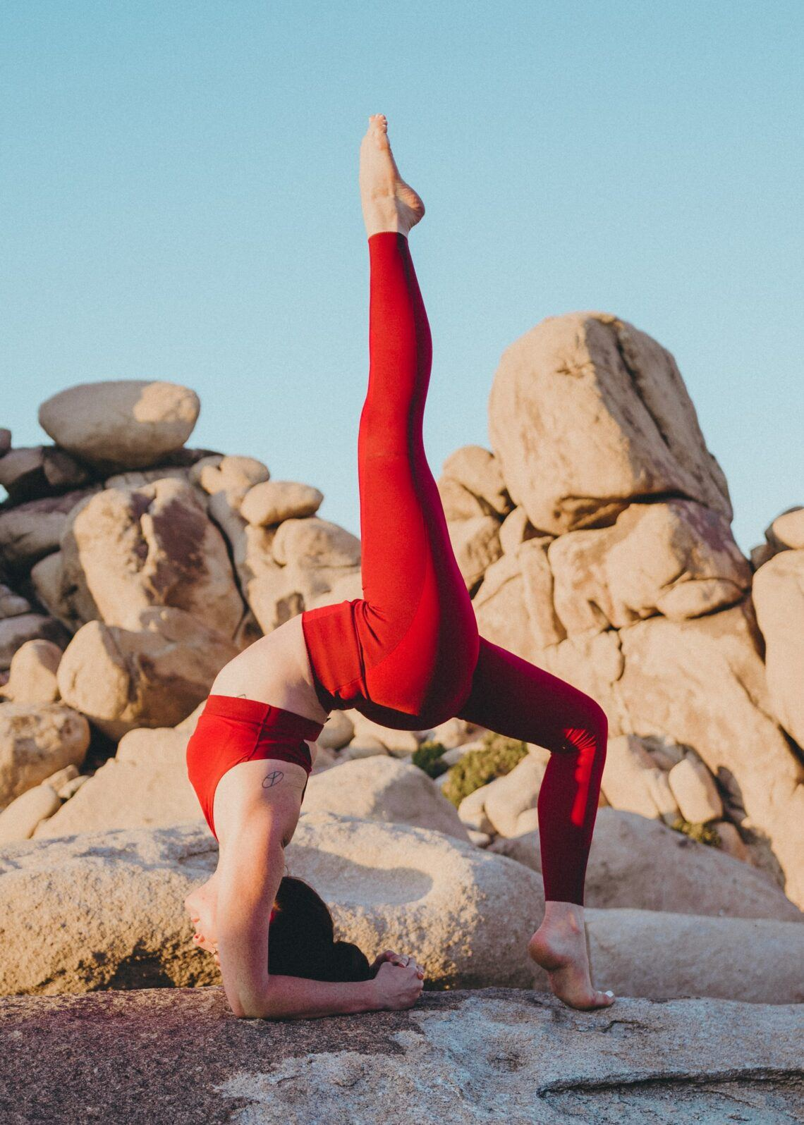 Cách giảm cân-Cô gái tập yoga.