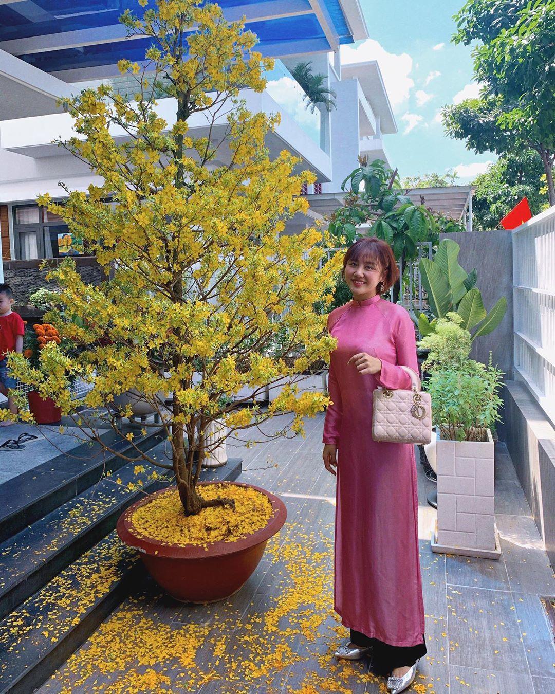 Văn Mai Hương mặc áo dài Hồng mùng Một Tết