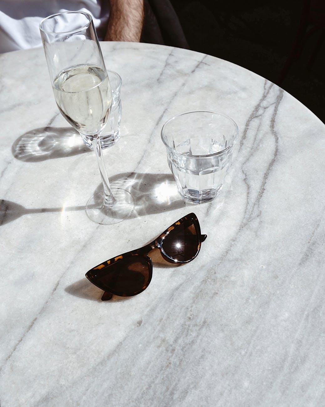 Tác hại của rượu-Mắt kính và ly nước.