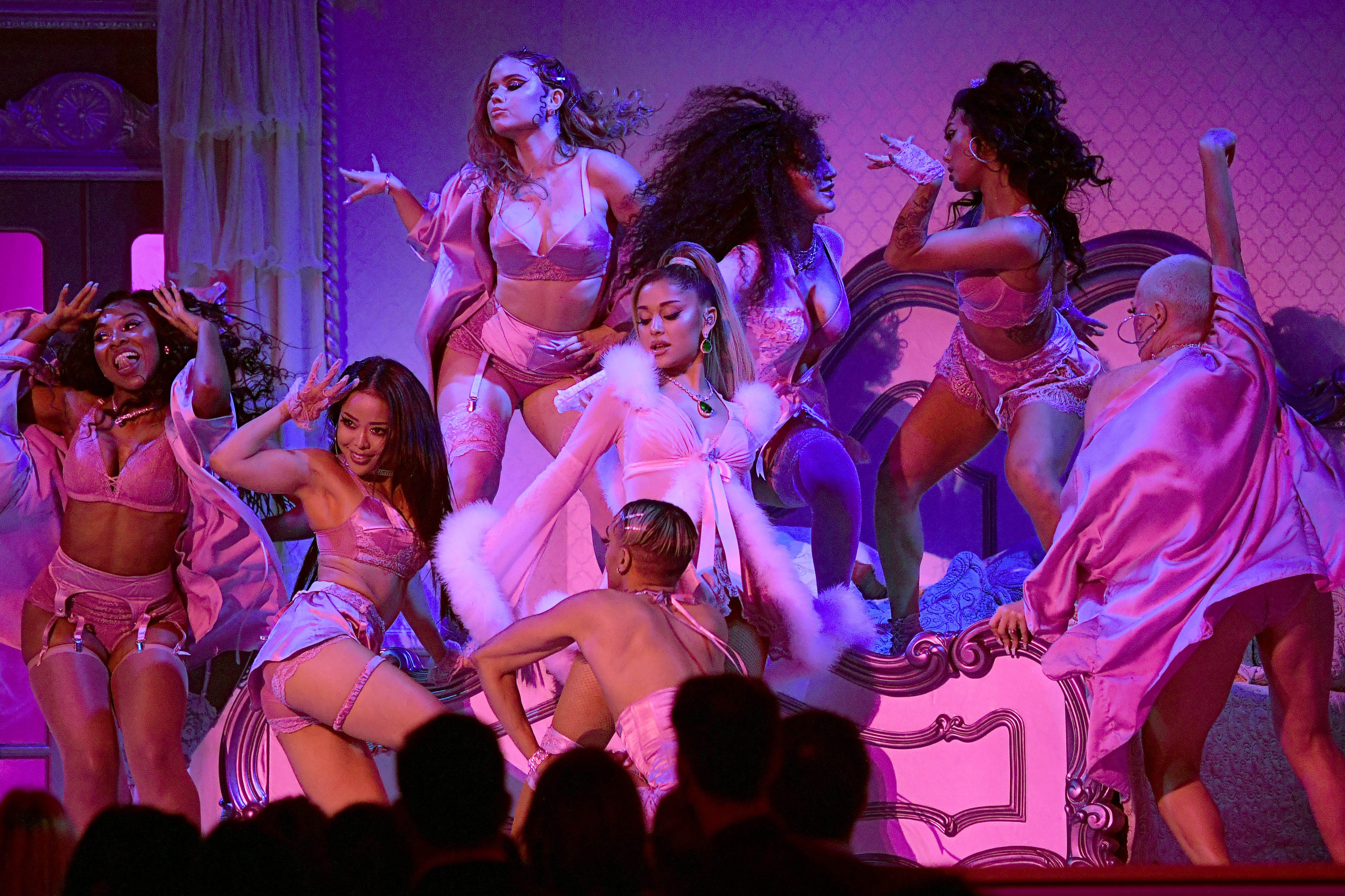 Ariana Grande biểu diễn trên sân khấu Grammy 2020