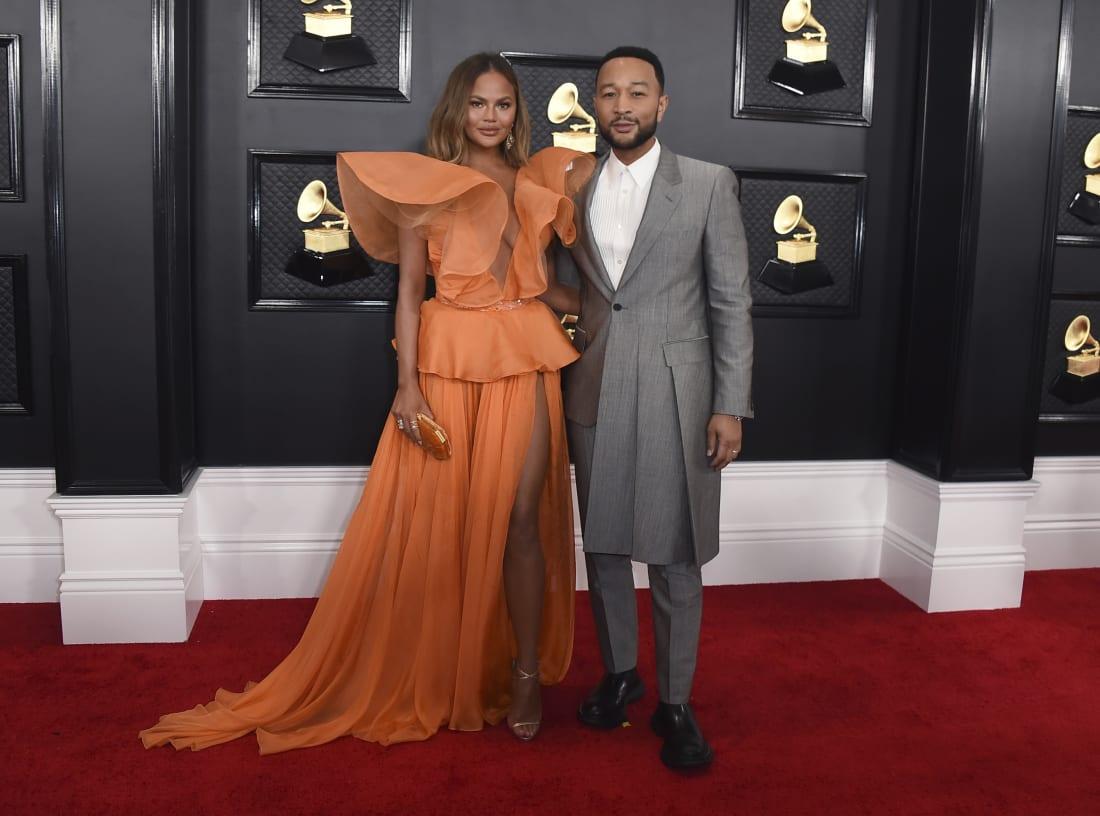 Chrissy Teigen và John Legend trên thảm đỏ grammy