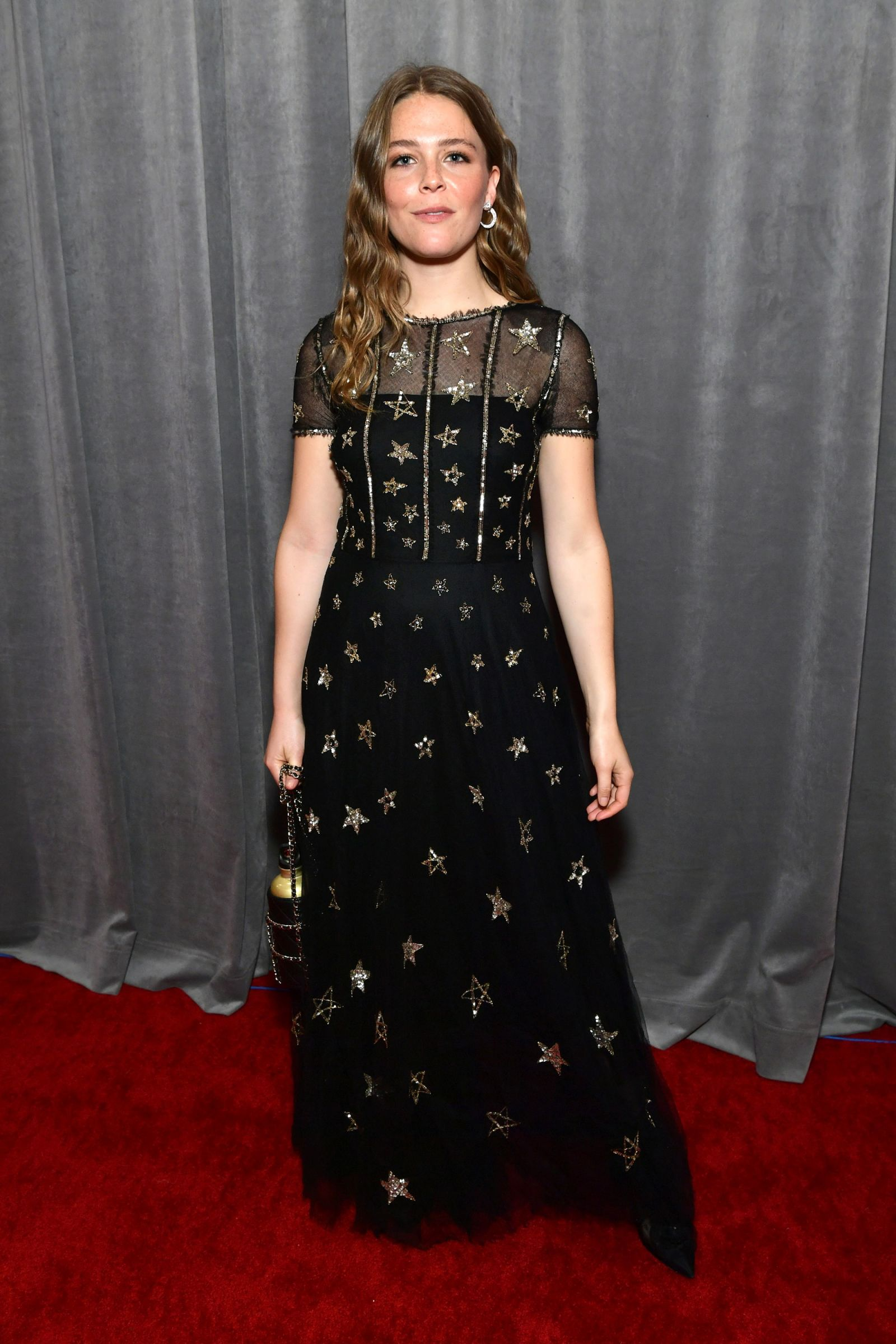 Maggie Rogers mặc váy chanel trên thảm đỏ grammy