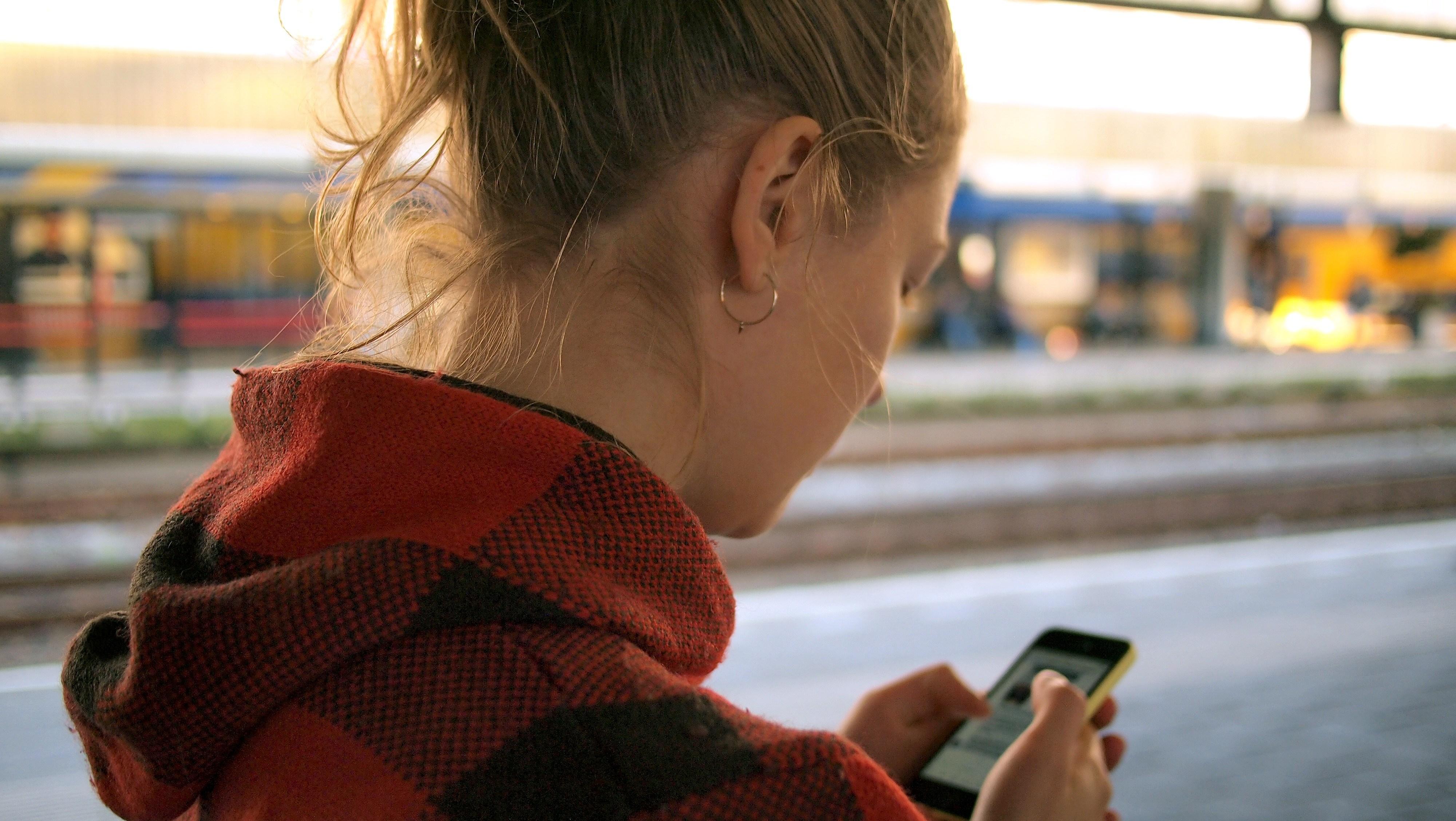 Dưỡng da vùng cổ-Cô gái đang dùng điện thoại.
