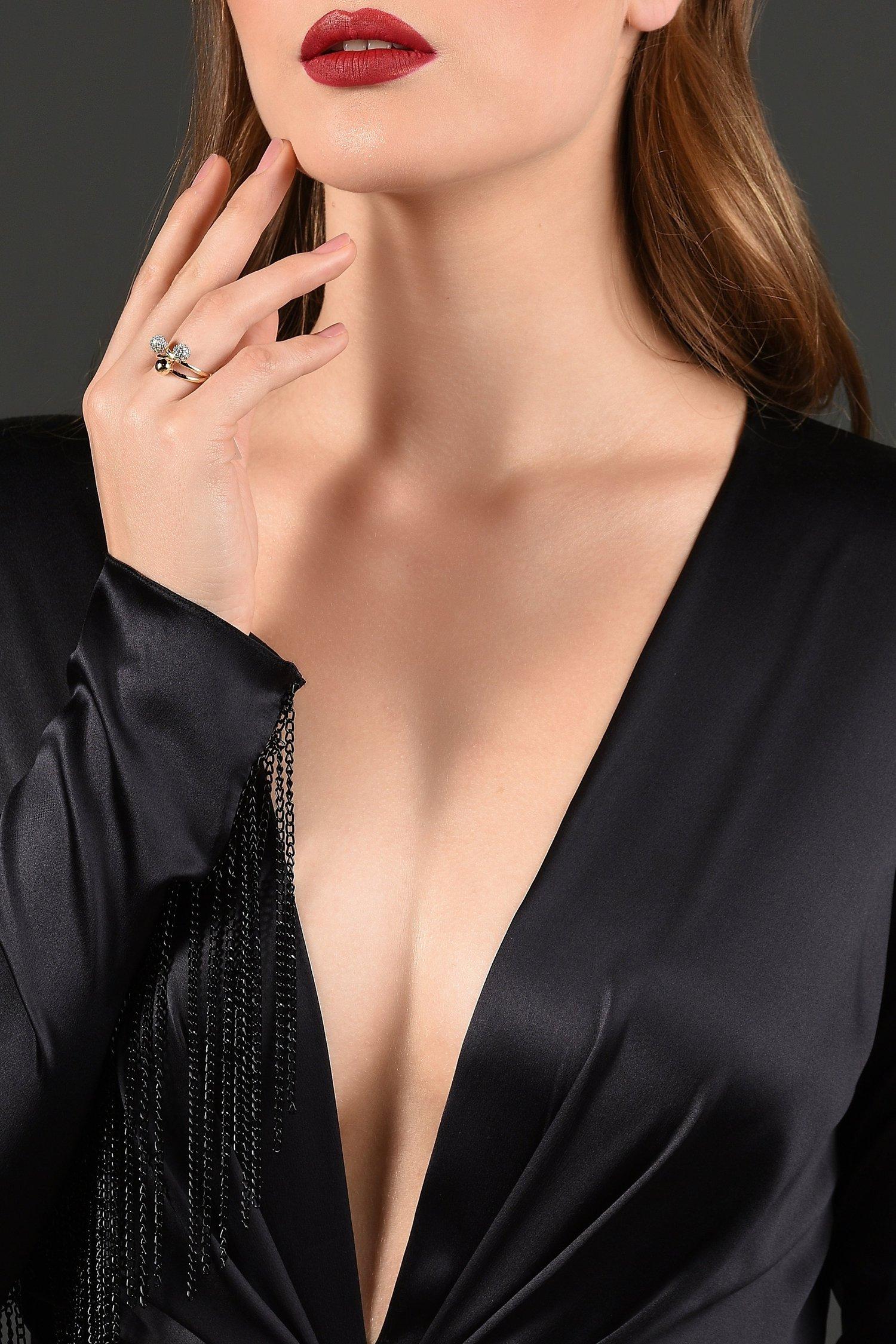 Dưỡng da vùng cổ-Cô gái mặc đầm đen.