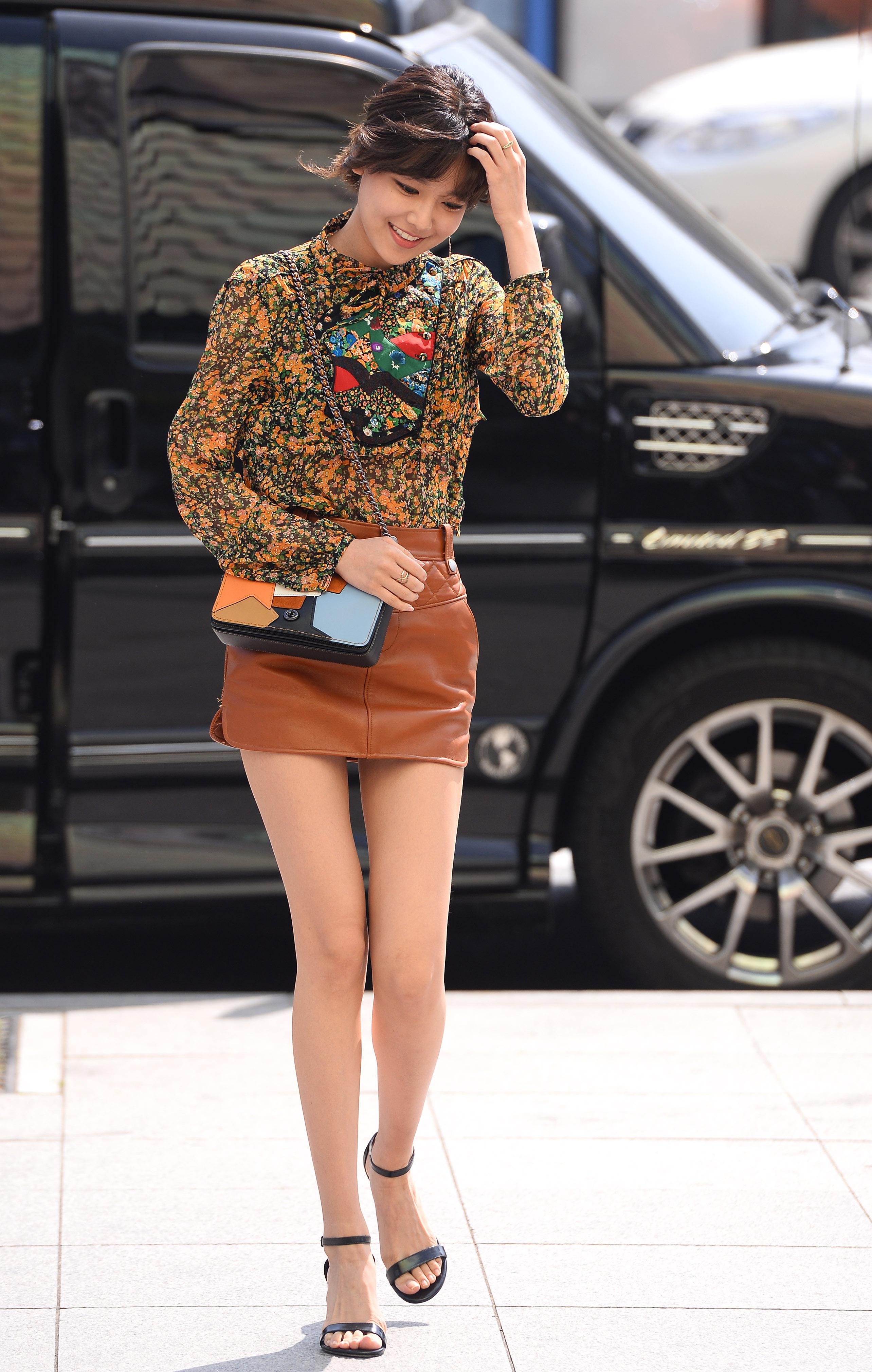 cách phối đồ của soo young với chân váy da ngắn và áo họa tiết