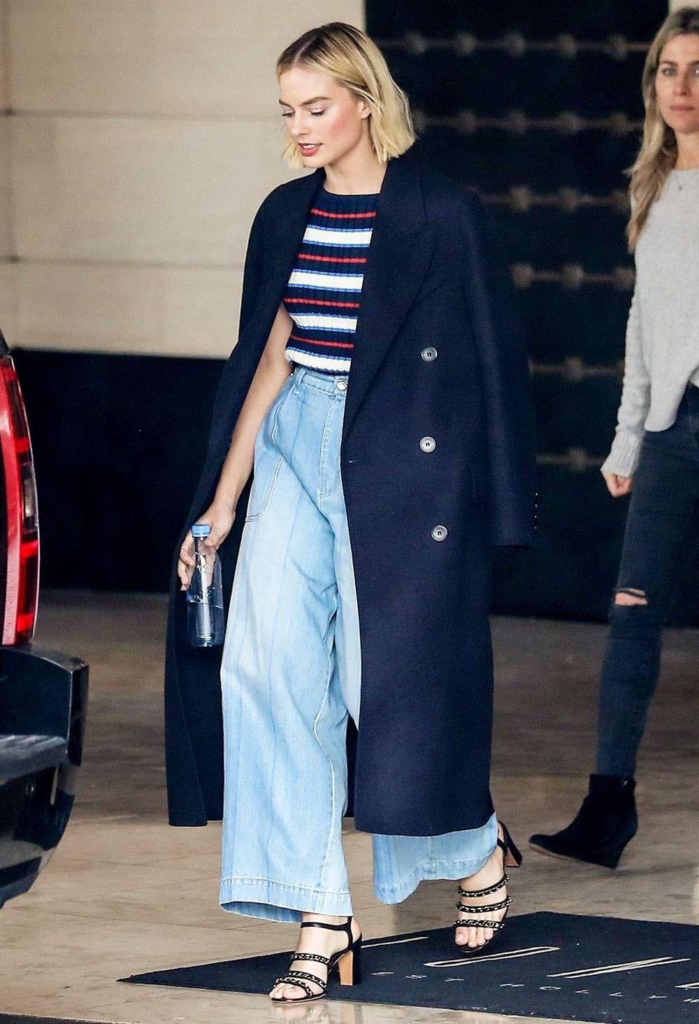 cách phối đồ của margot robbie với áo thun kẻ, quần jeans và áo trench coat