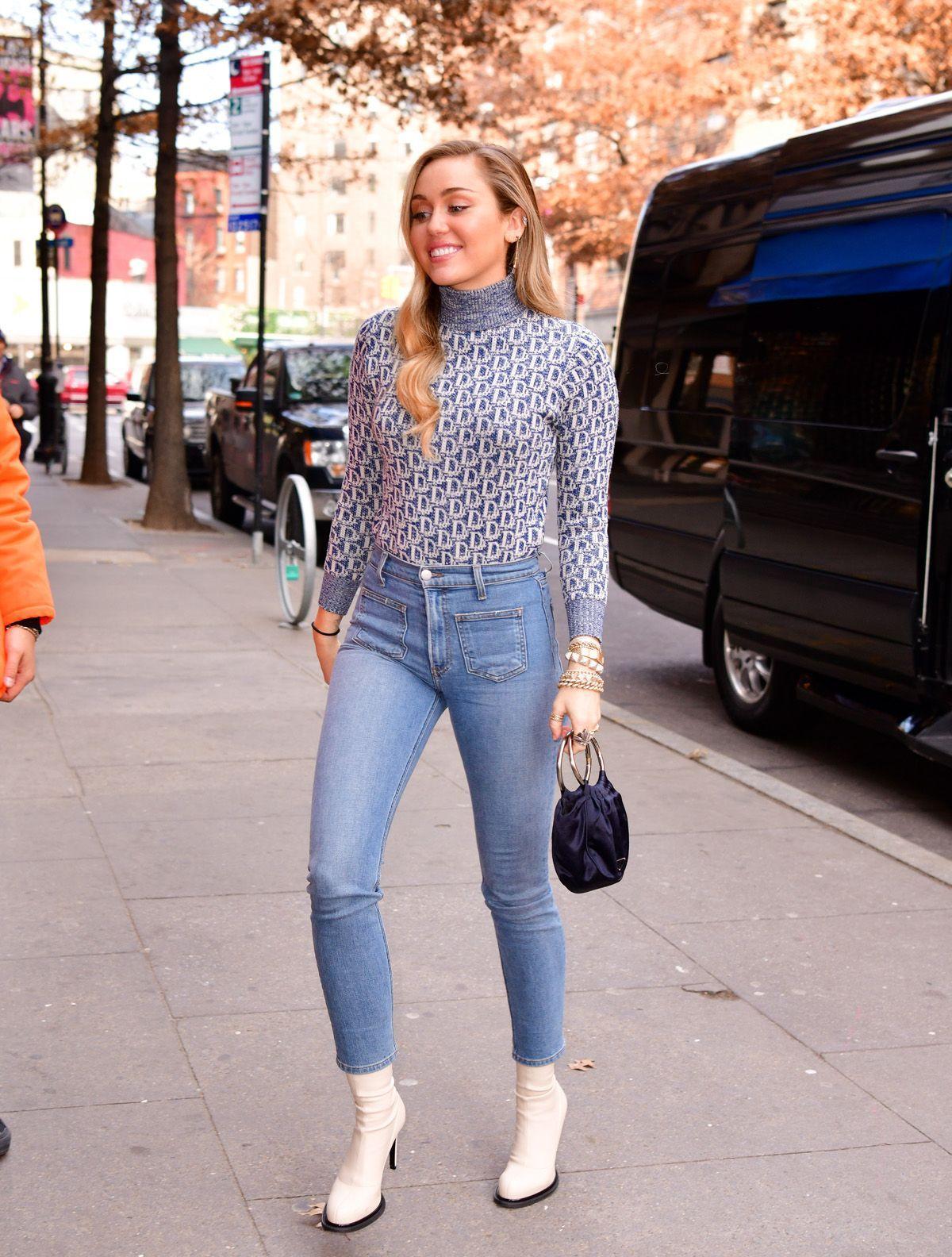 cách phối đồ đơn giản của miley cyrus với áo cổ lọ và quần jeans