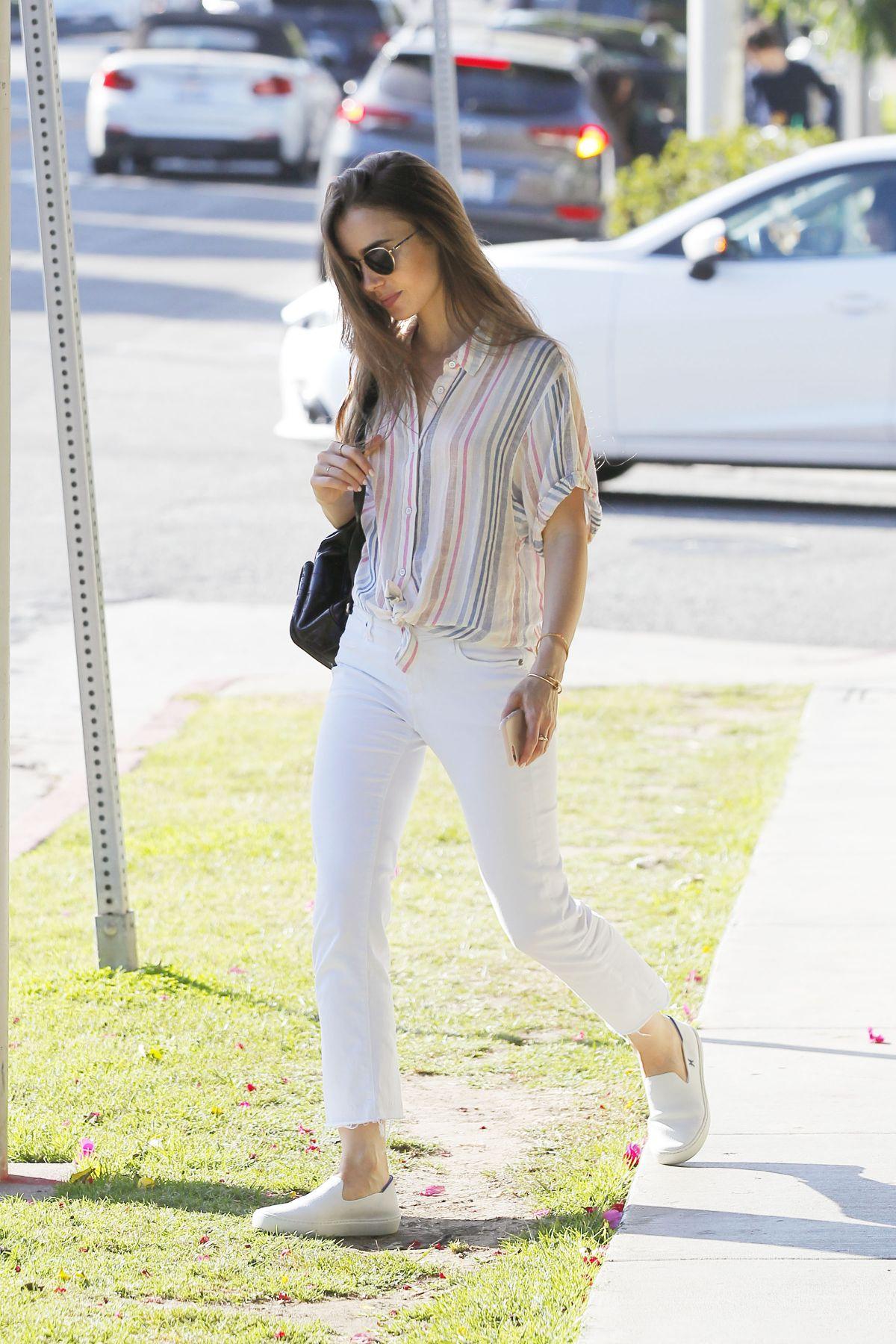 cách phối đồ đơn giản của lily collins với jeans trắng và áo sơ mi kẻ