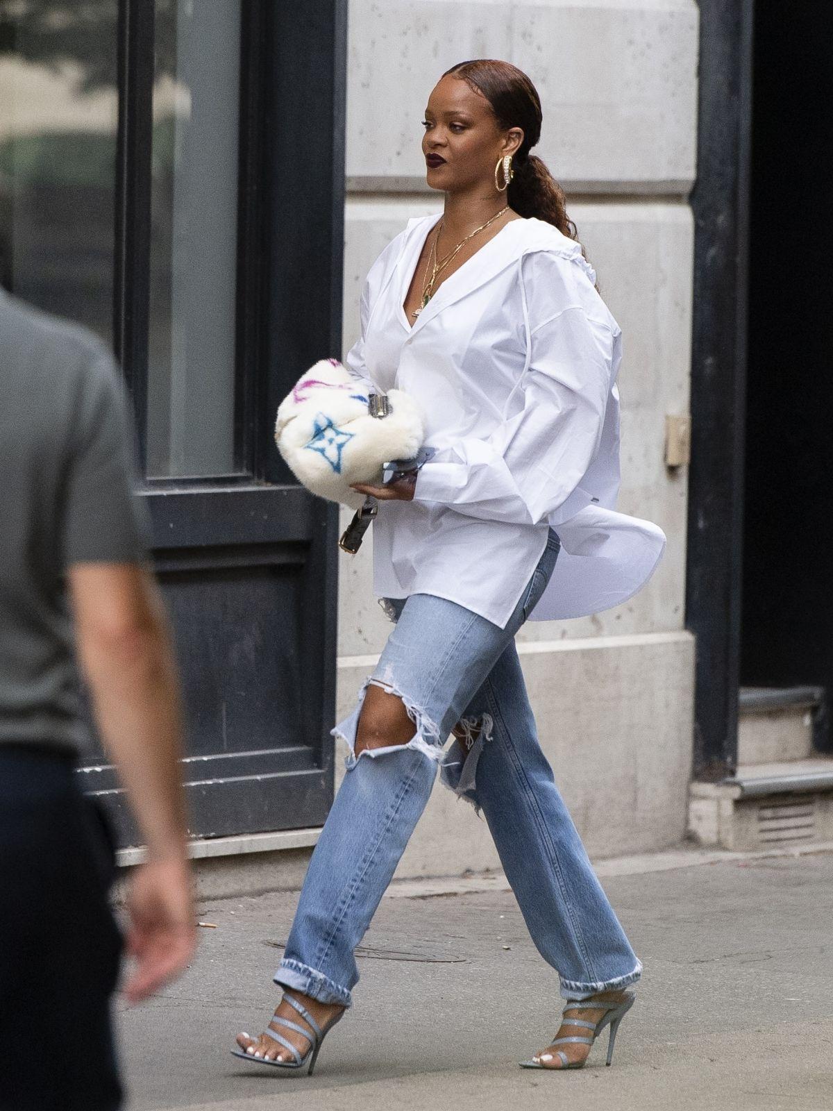 cách phối đồ của rihanna với jeans ống rộng và áo sơ mi trắng