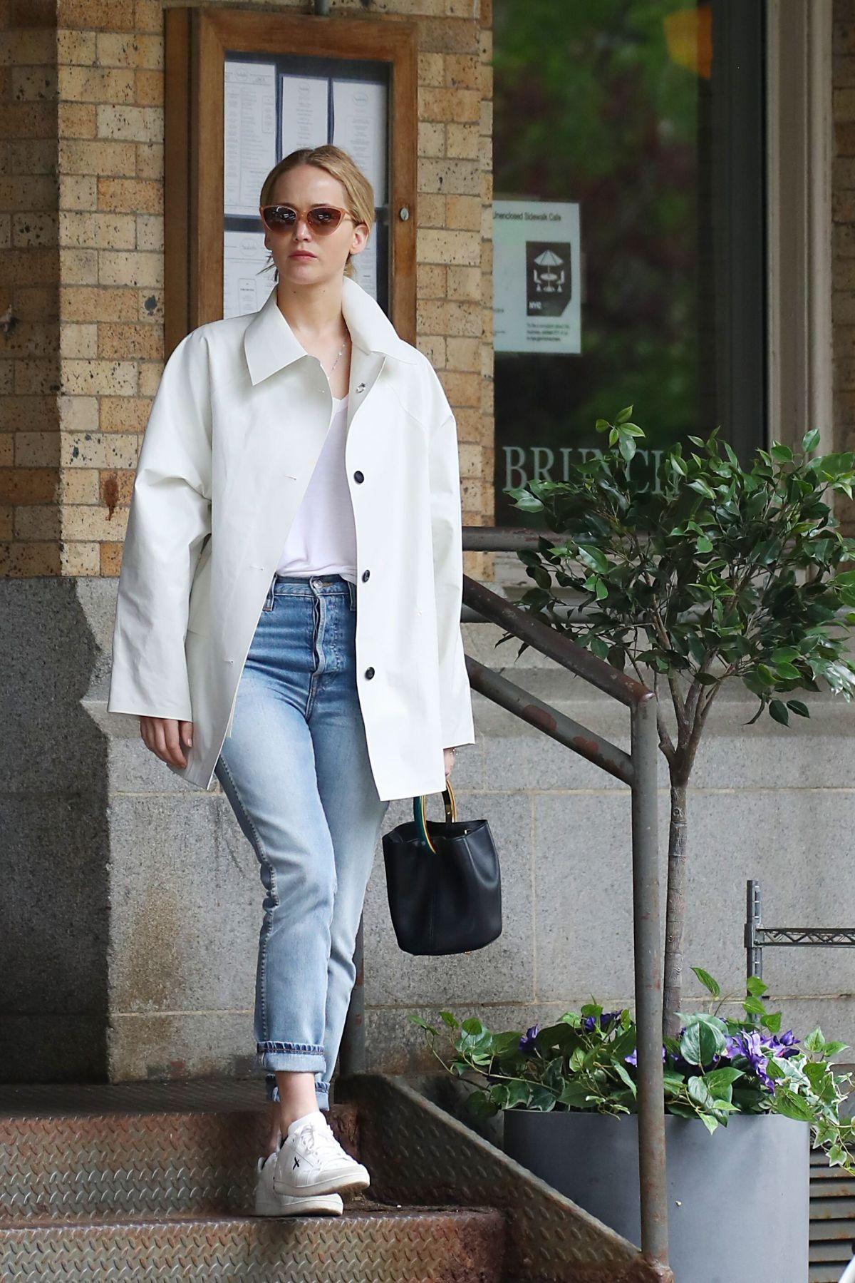 cách phối đồ của Jennifer Lawrence với áo thun trắng và quần jeans