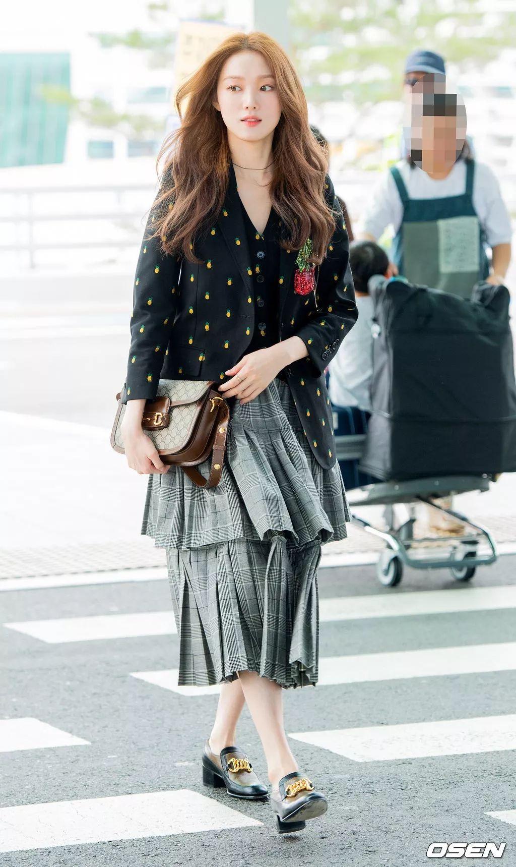 cách phối đồ của lee sung kyung với chân váy xếp ly và họa tiết chấm bi