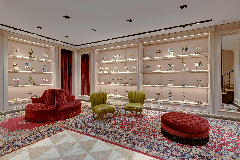 Không gian trưng bày các mẫu giày tại tầng 1 của cửa hàng Gucci Tràng Tiền Plaza