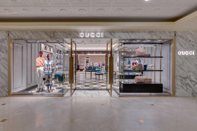 Tầng hai của cửa hàng Gucci với thiết kế bên ngoài sang trọng, thu hút ánh nhìn