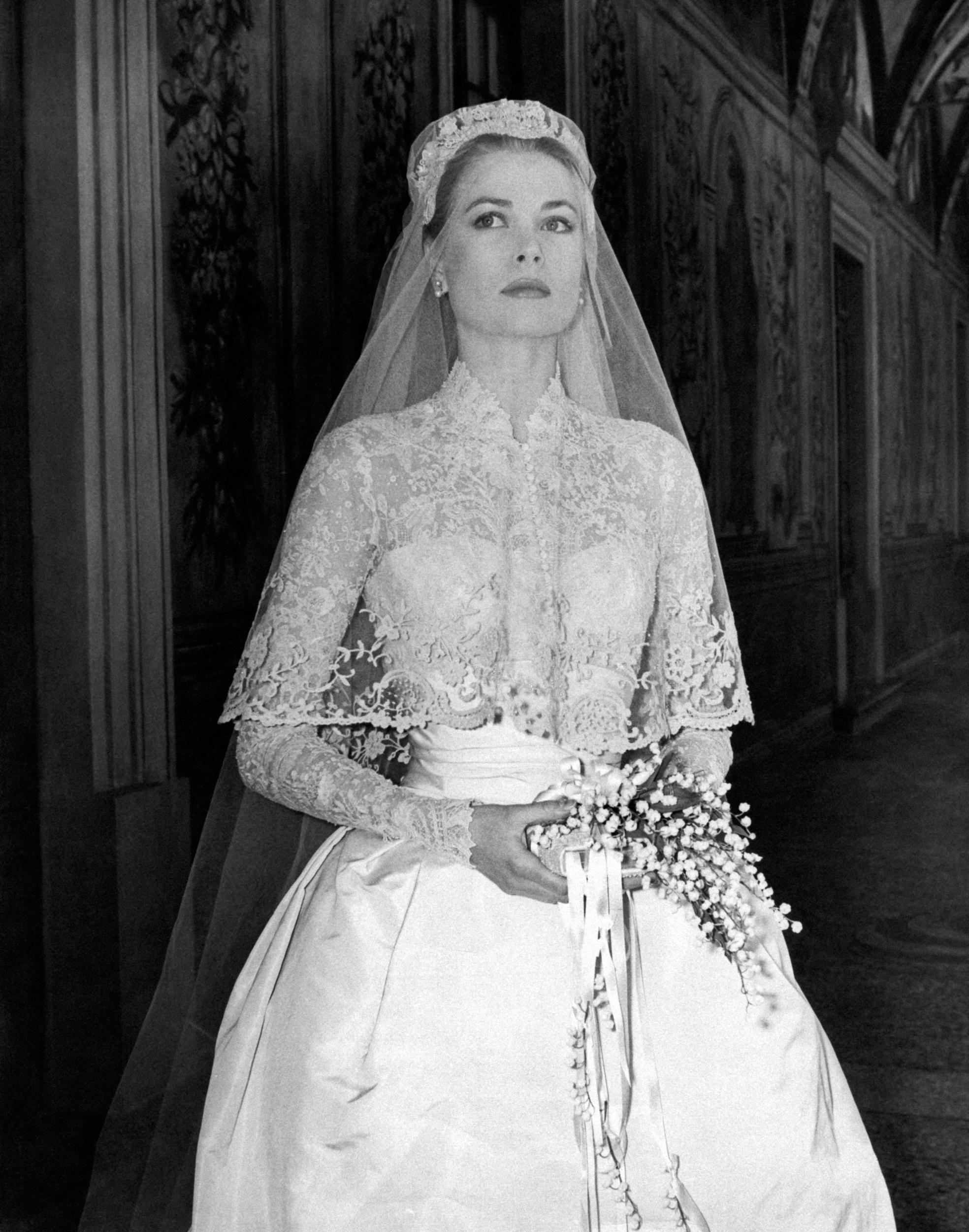 Tượng đài thời trang Grace Kelly lộng lẫy trong bộ đầm cưới của NTK Helen Rose năm 1956