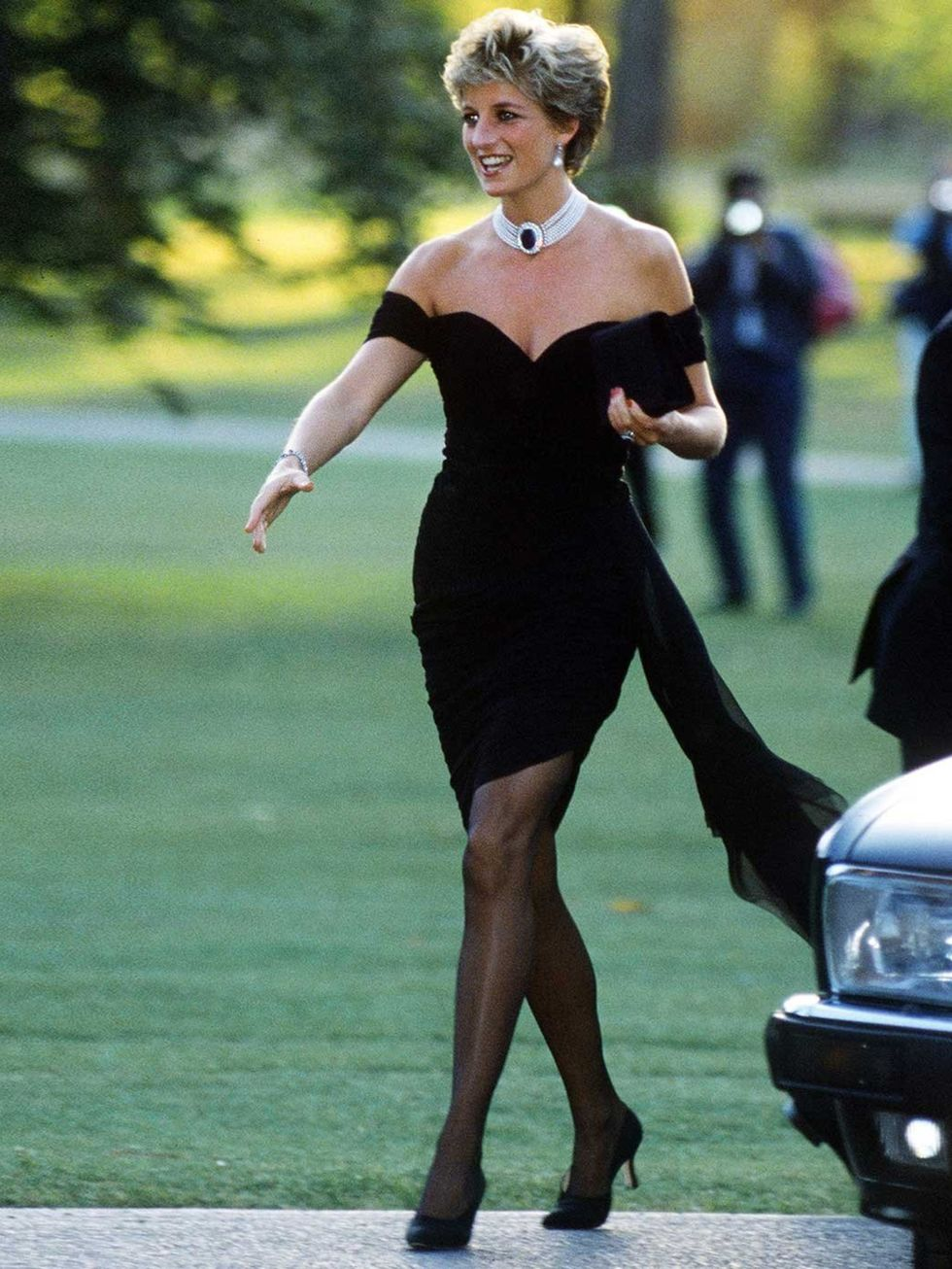 Vương phi Diana mặc little black dress của NTK Chrsitina Stambolain năm 1994