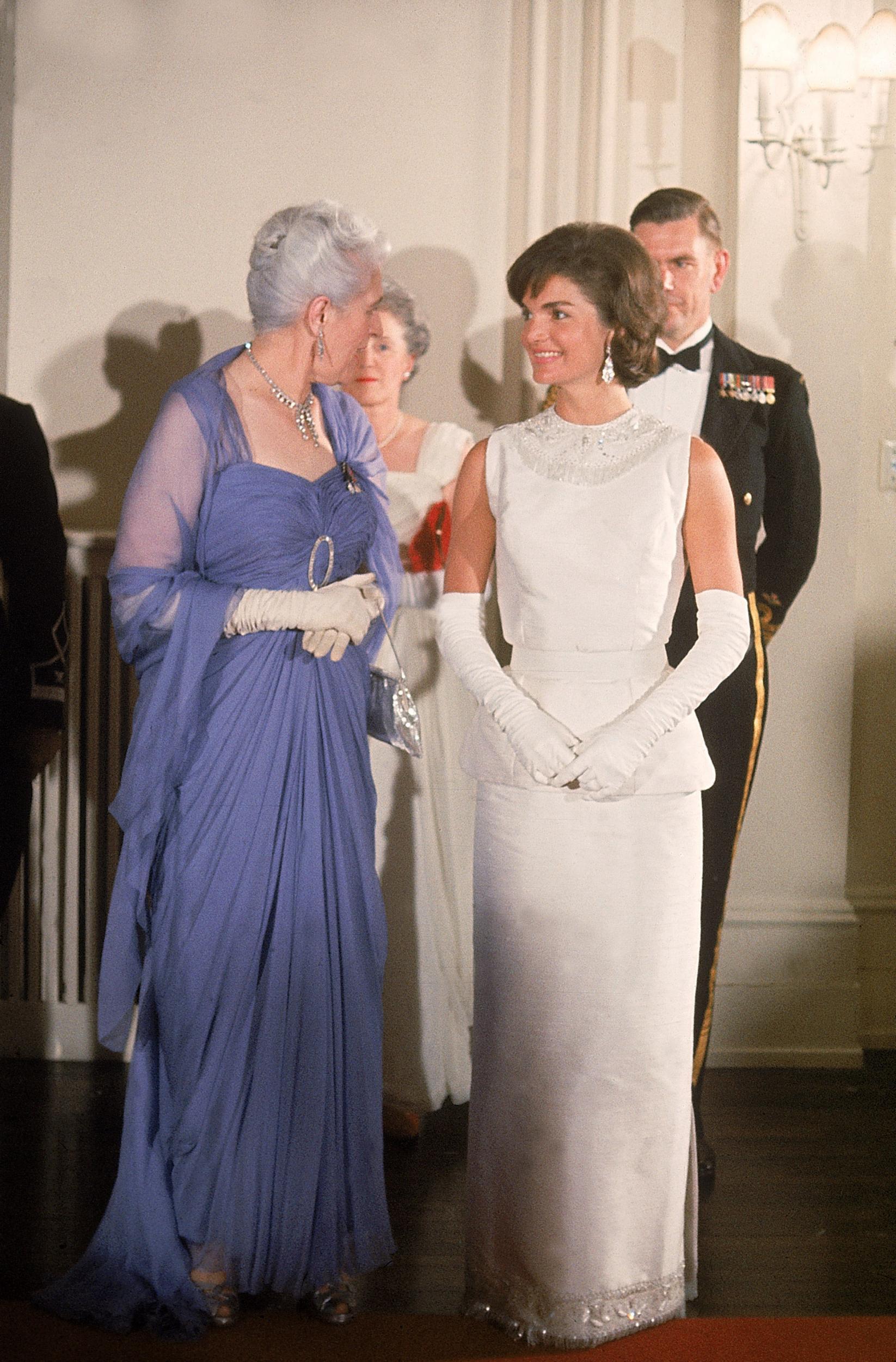 Biểu tượng thời trang Jackie Kennedy thanh lịch trong chiếc đầm dạ hội trắng