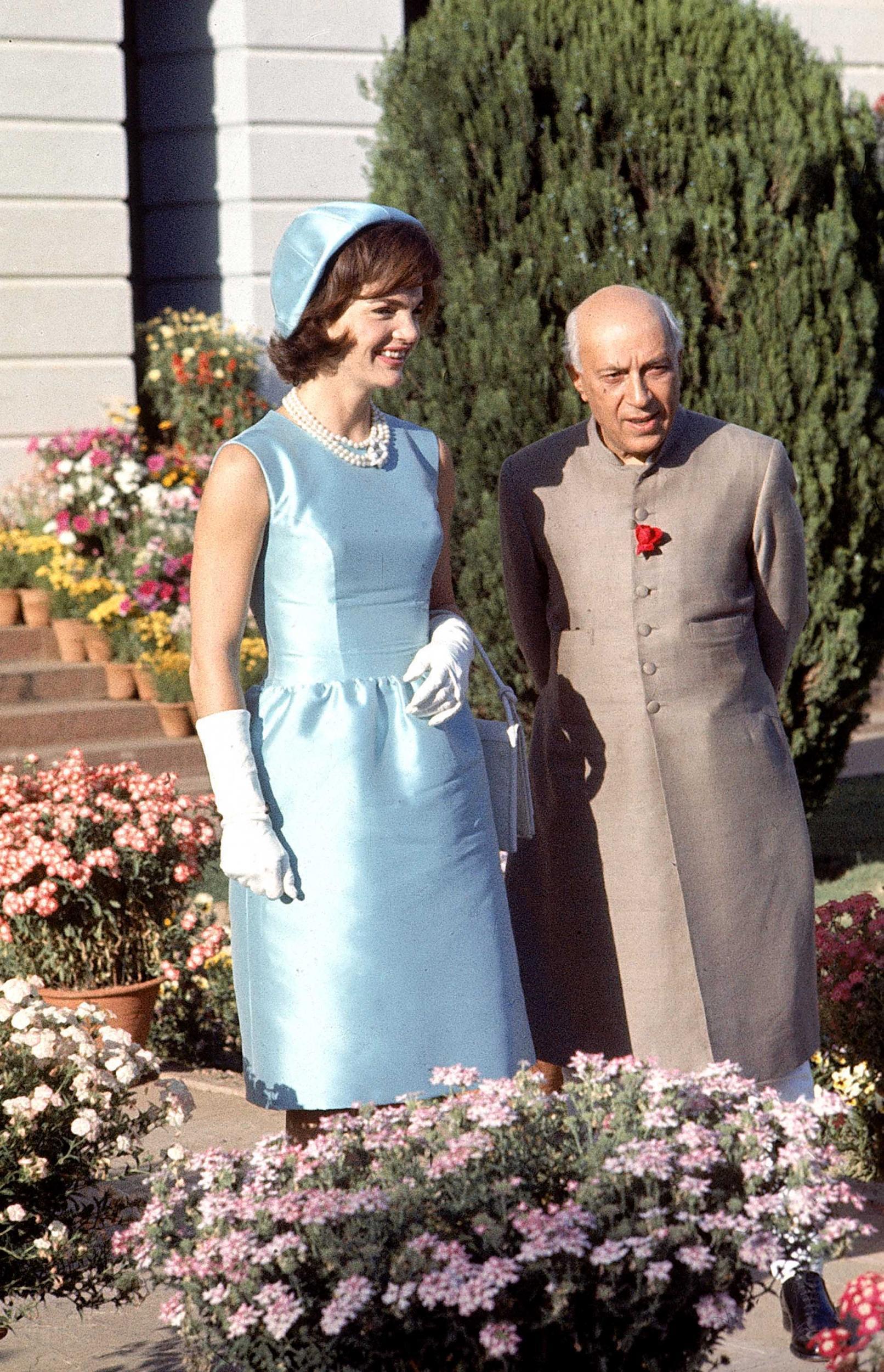 """""""Biểu tượng thời trang Nhà Trắng"""" Jackie Kennedy với bộ đầm ton-sur-ton với mũ"""