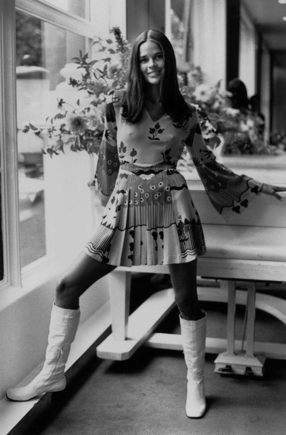 Ali Macgraw mặc đầm xếp ly in họa tiết cùng giày bốt lửng đậm chất hippie