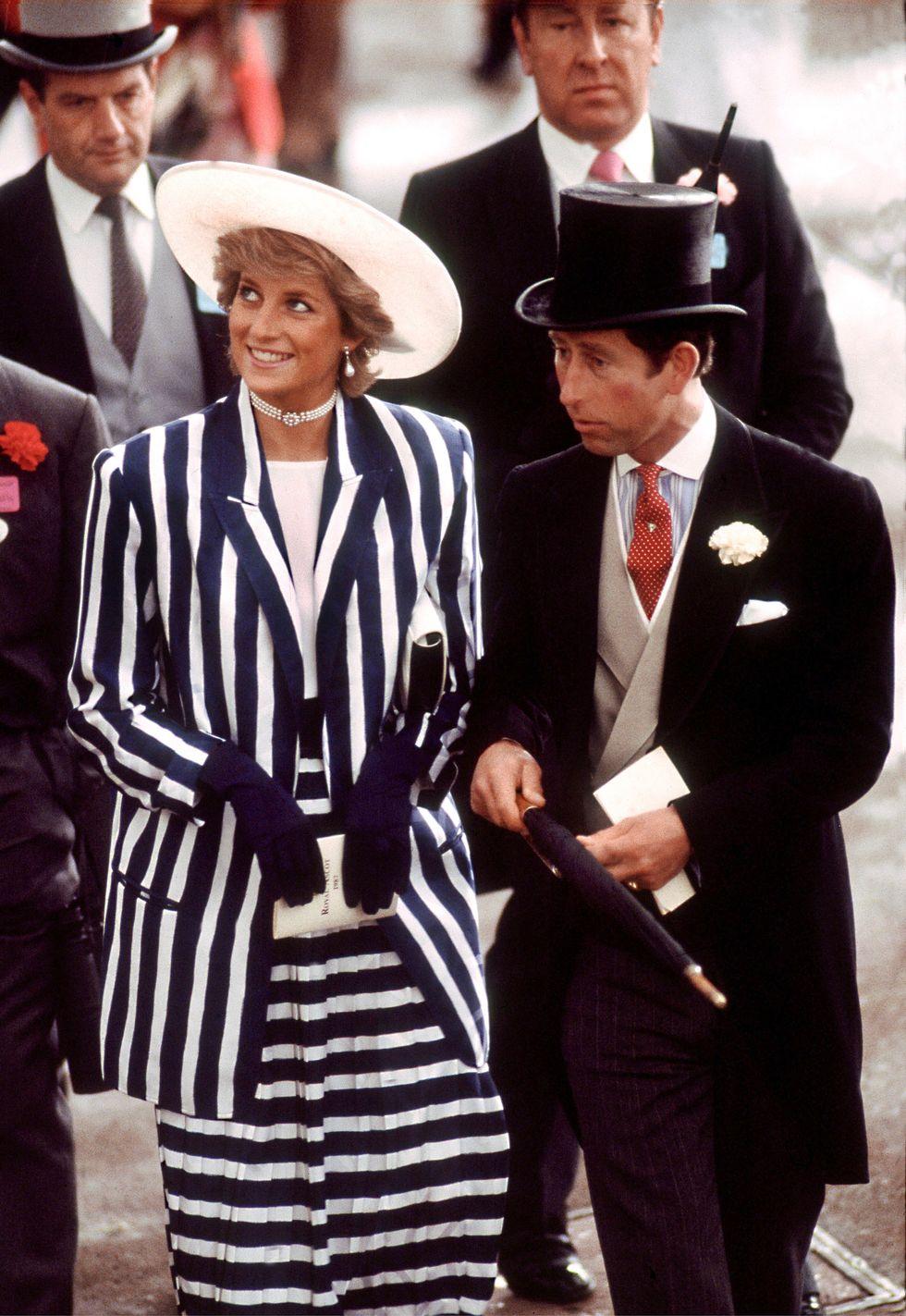 Vương phi Diana với bộ trang phục kẻ sọc thủy thủ và mũ rộng vành trắng