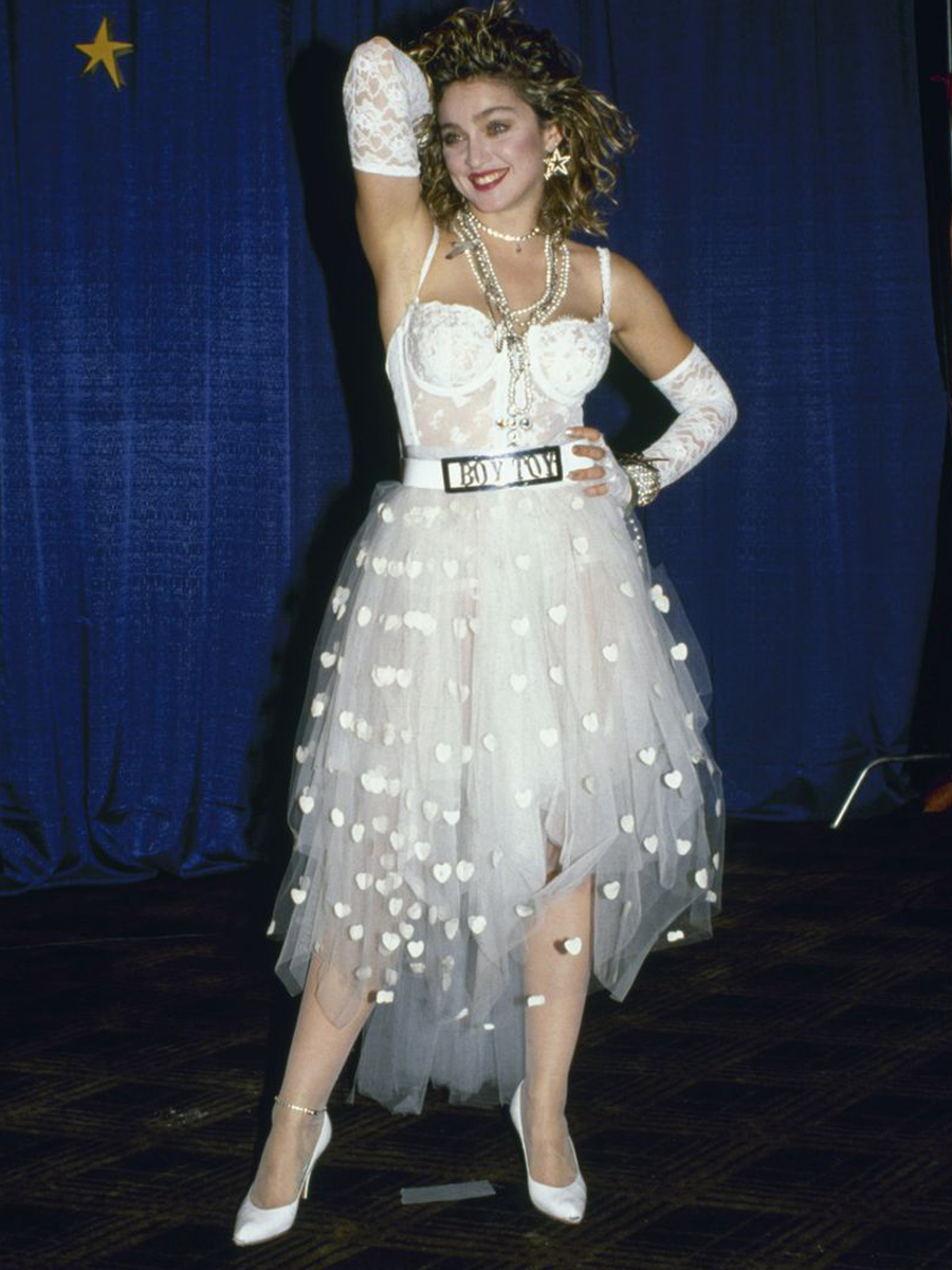 Madonna trong bộ trang phục cho màn trình diễn Like A Virgin năm 1984