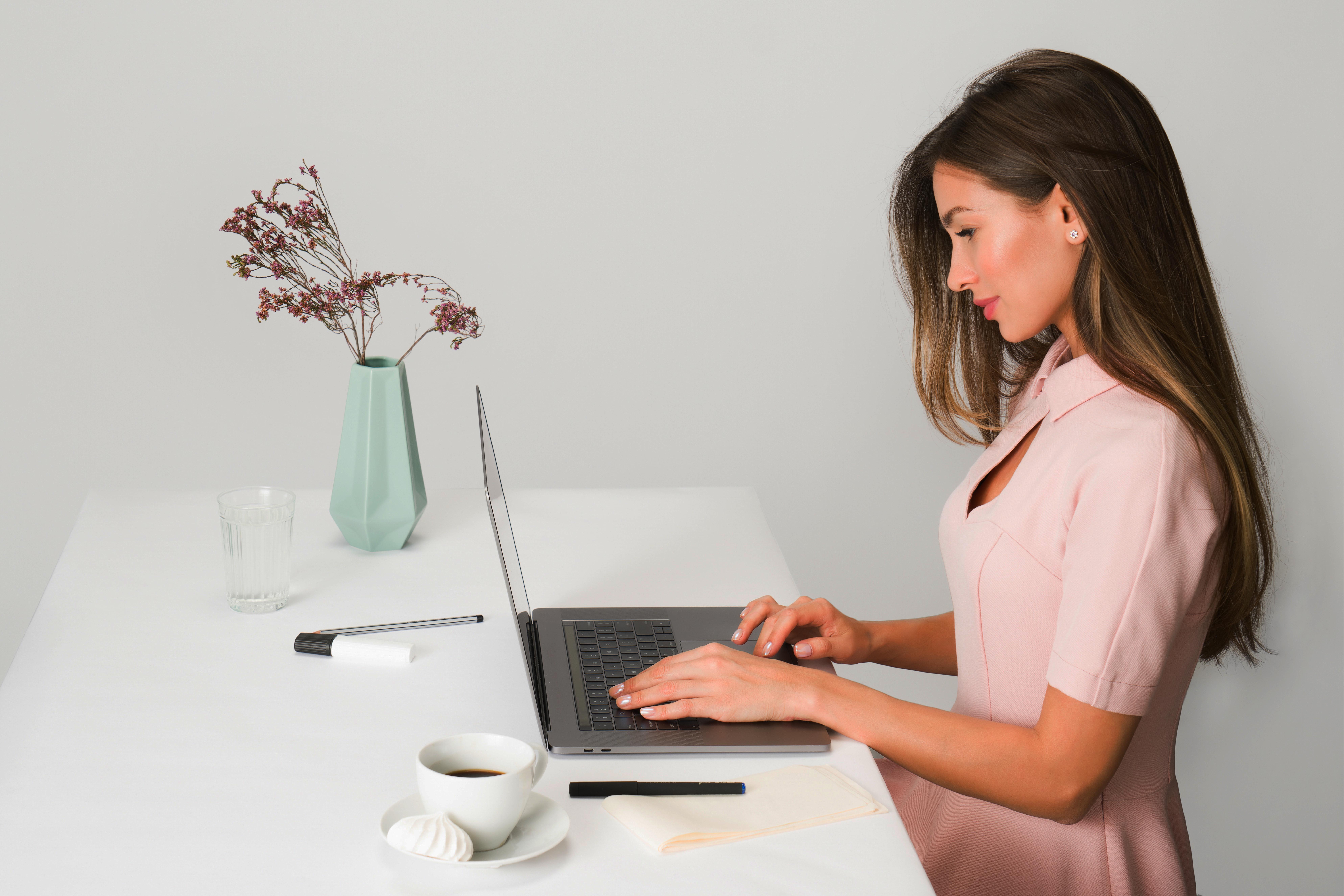 cô gái dùng laptop